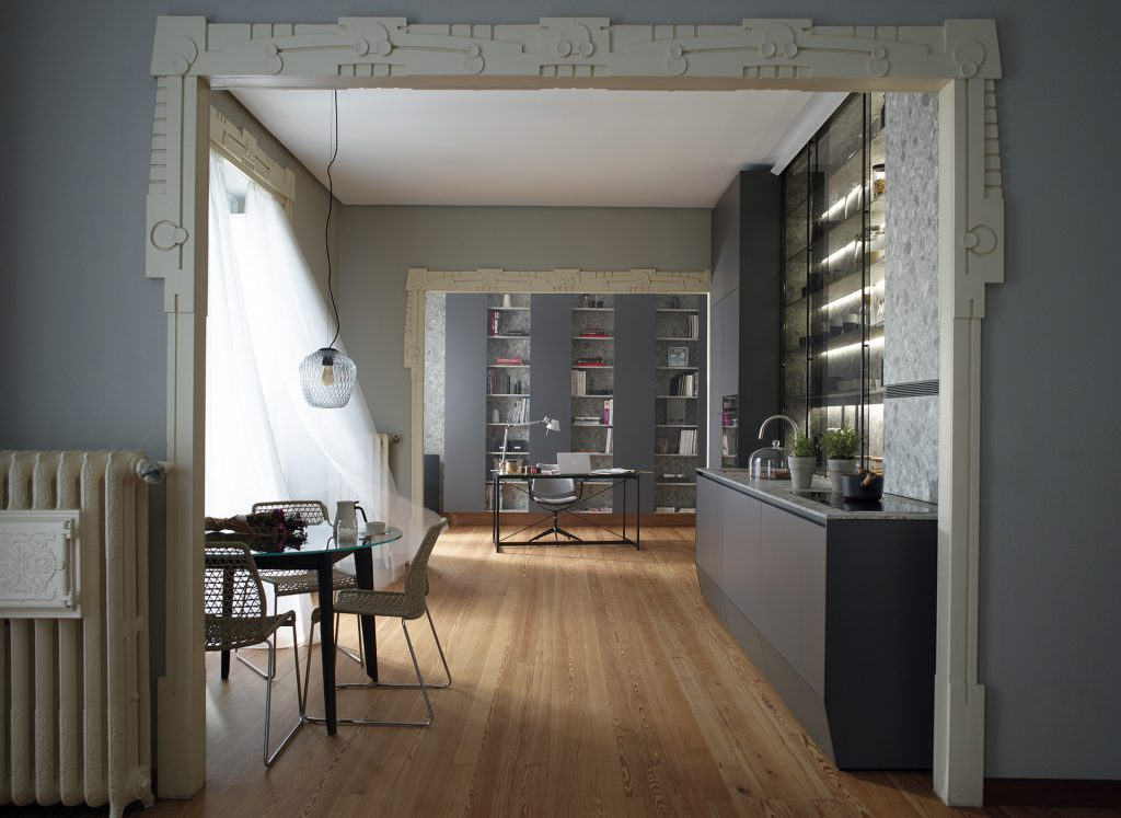 Cocina Lineal con vitrina, estudio y salón Santos