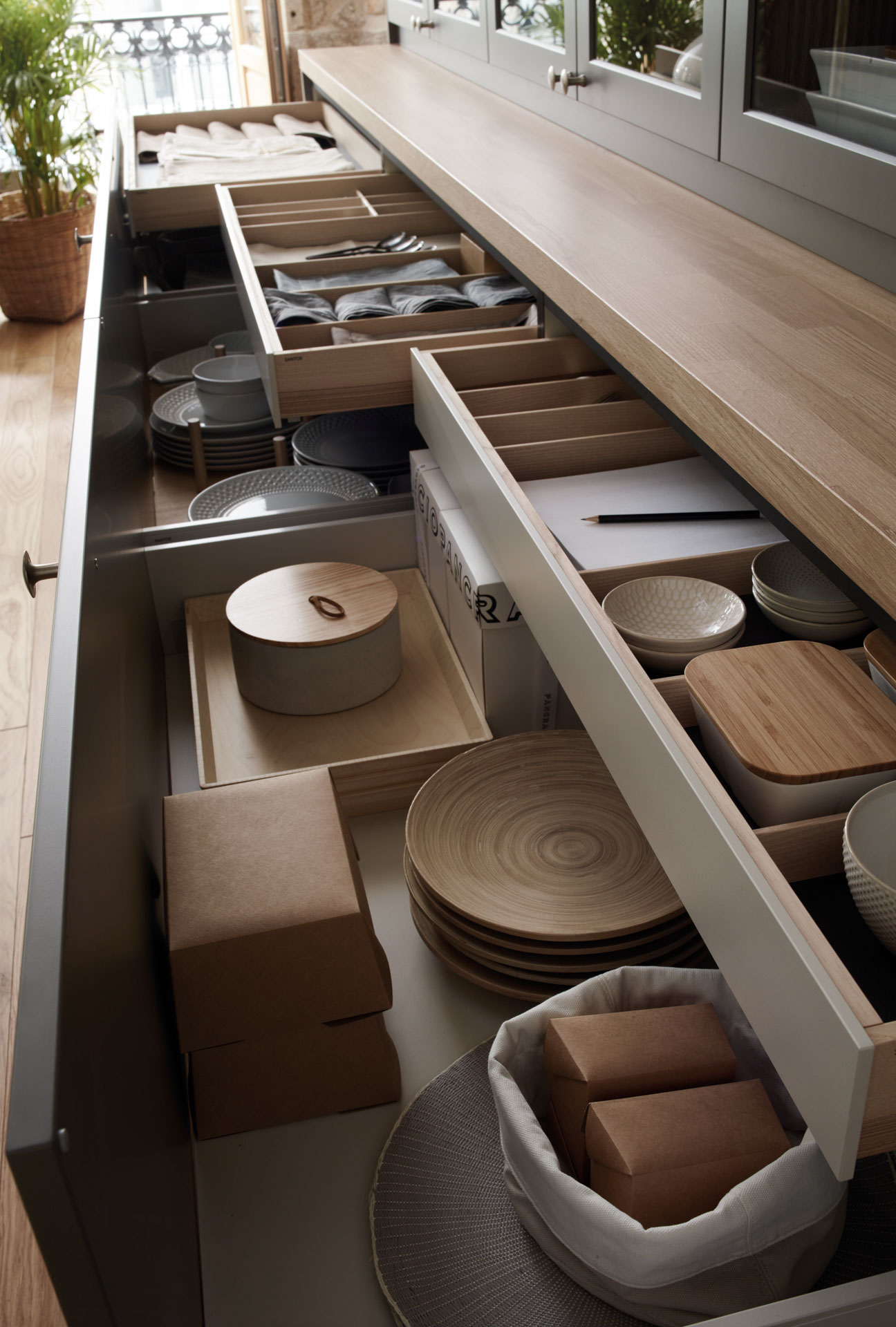 Aparador con cajones extraíbles en cocina grande