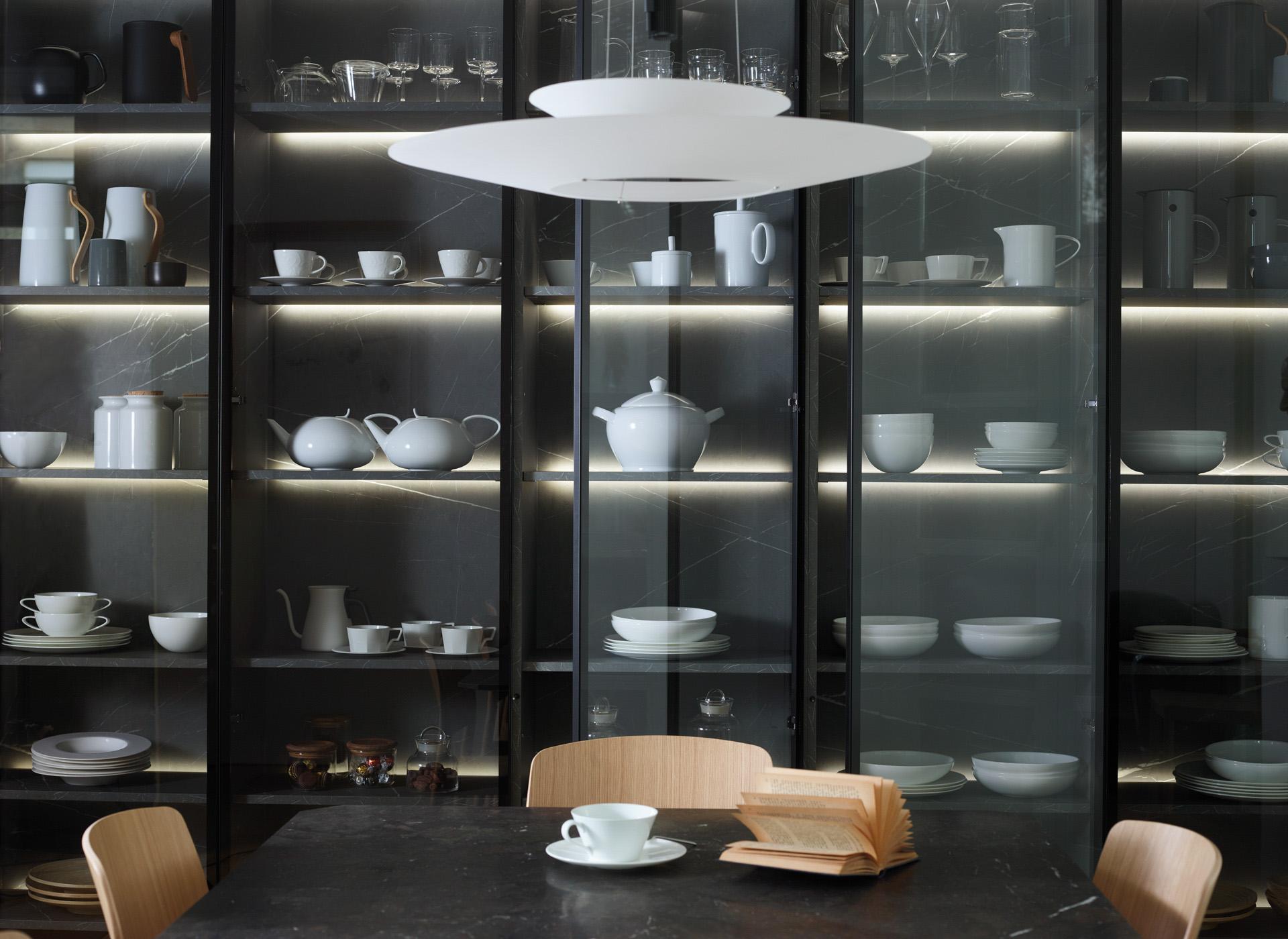 armario-vitrina-en-cocina-abierta-al-comedor