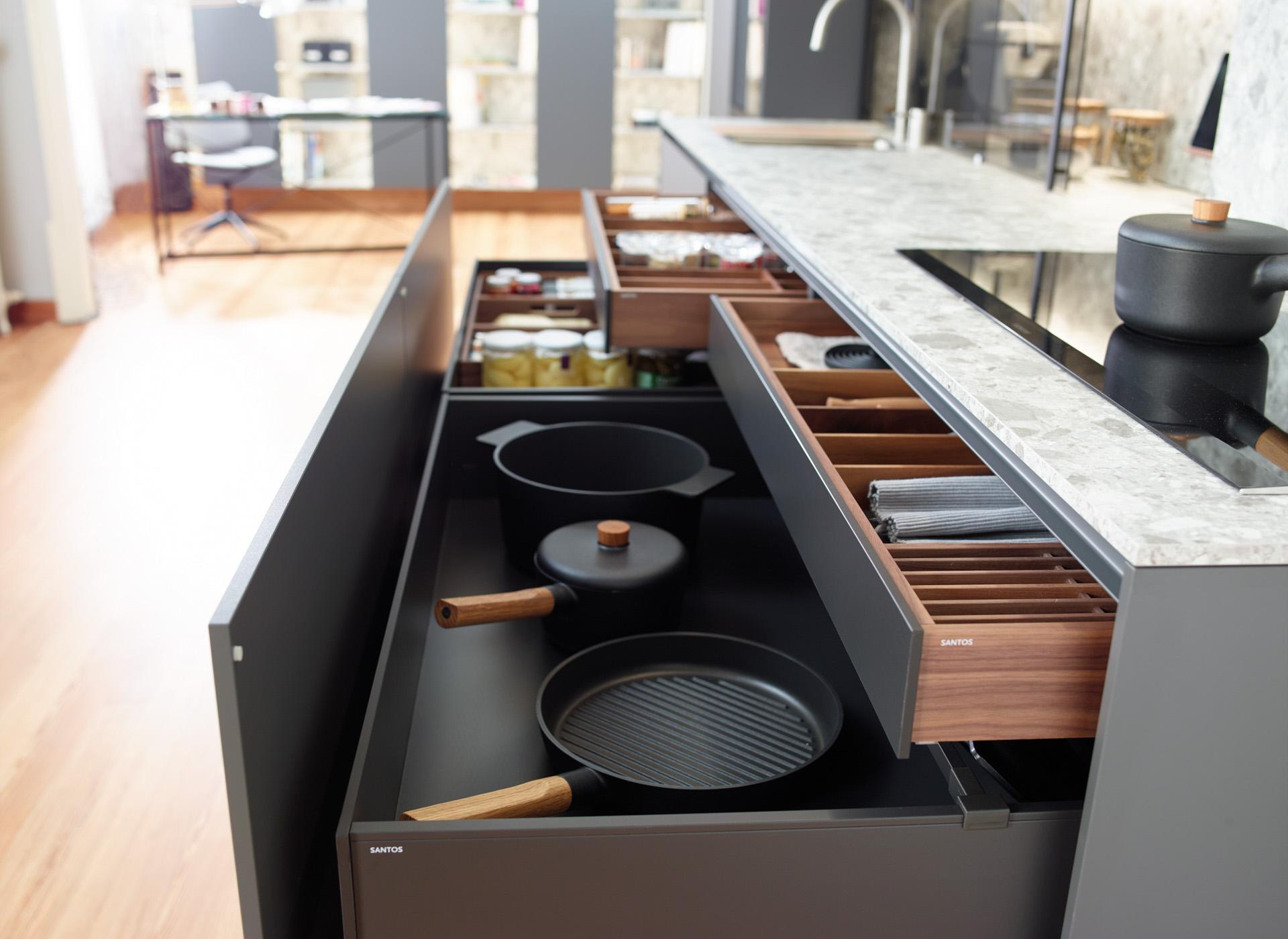 Cajones zócalo de almacenamiento en cocina lineal