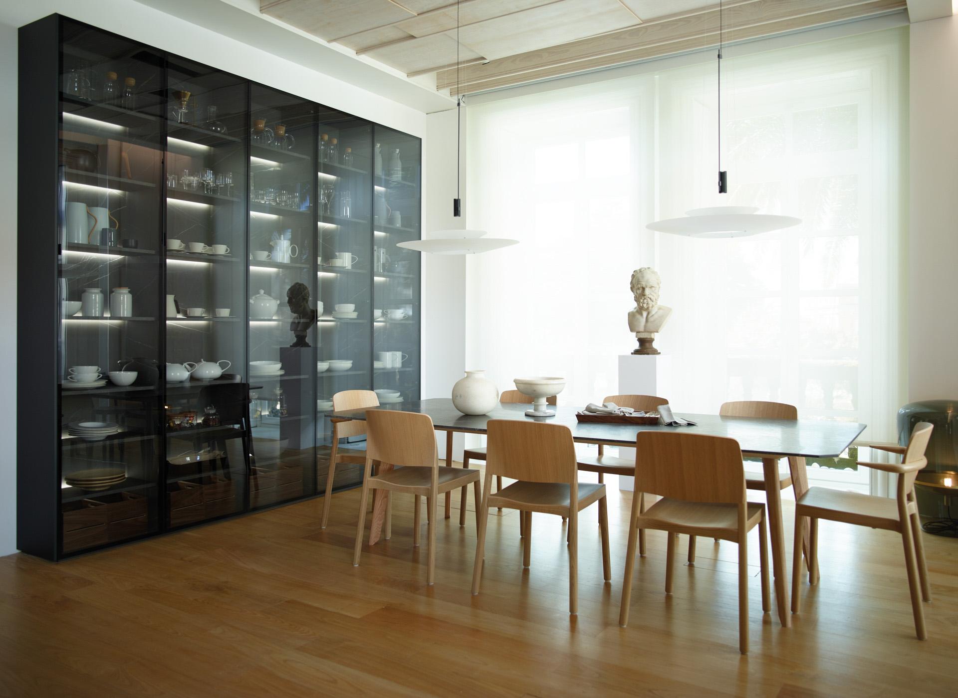 Cocina abierta al comedor con armario y lámpara