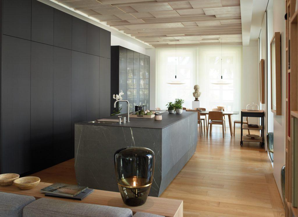 cocina-abierta-con-isla-y-muebles-hasta-el-techo-santos
