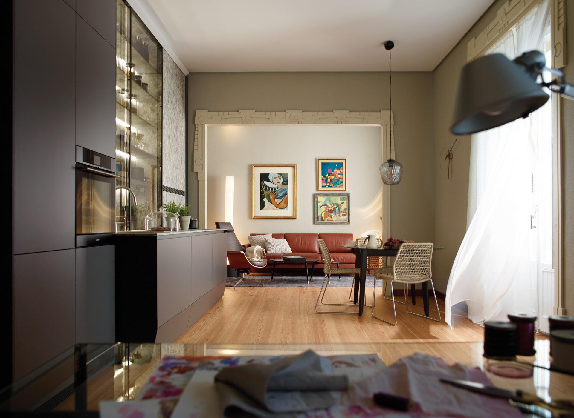 Cocina lineal con muebles de suelo a techo