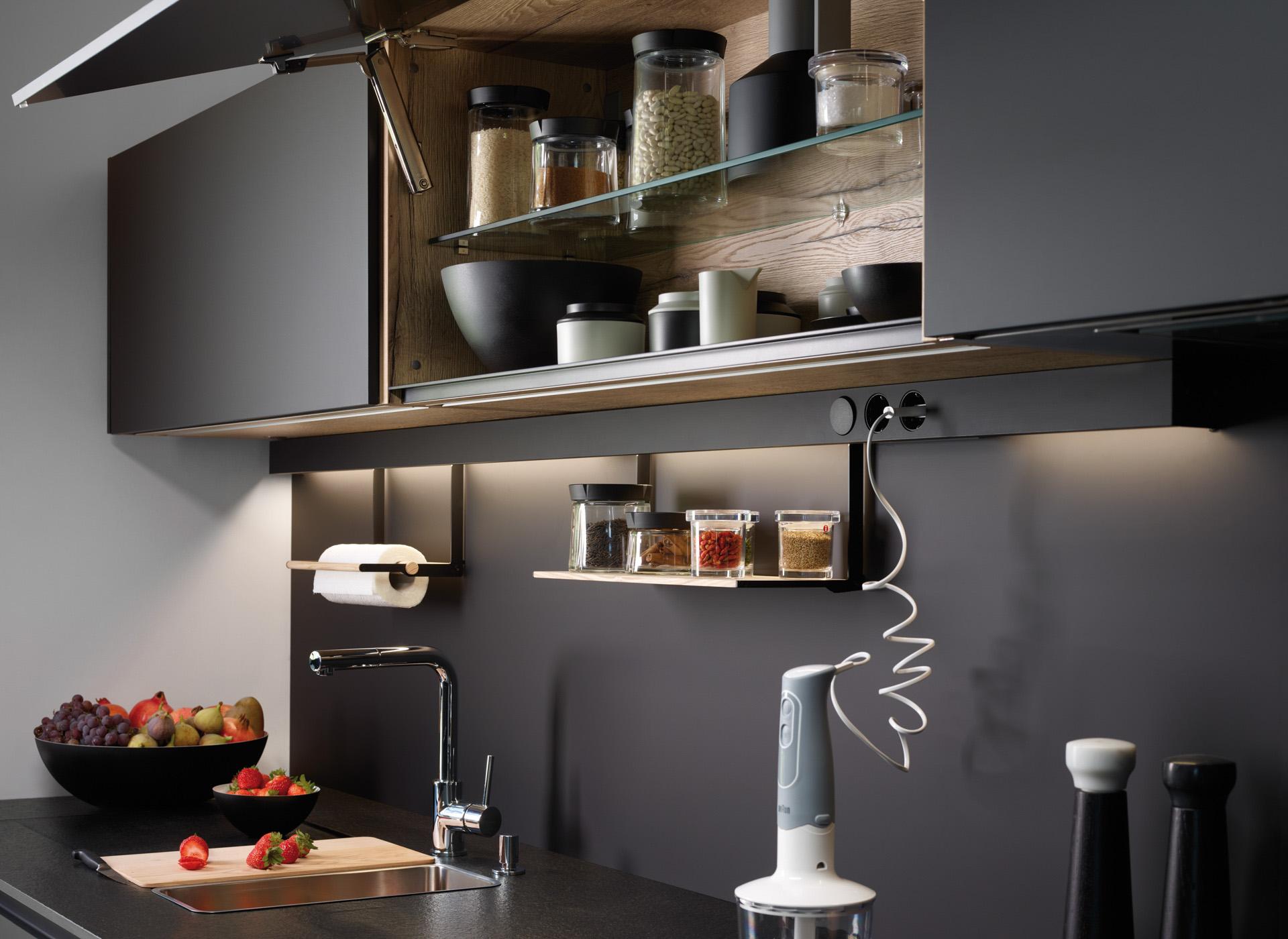 Iluminación led en armarios altos en cocinas en paralelo