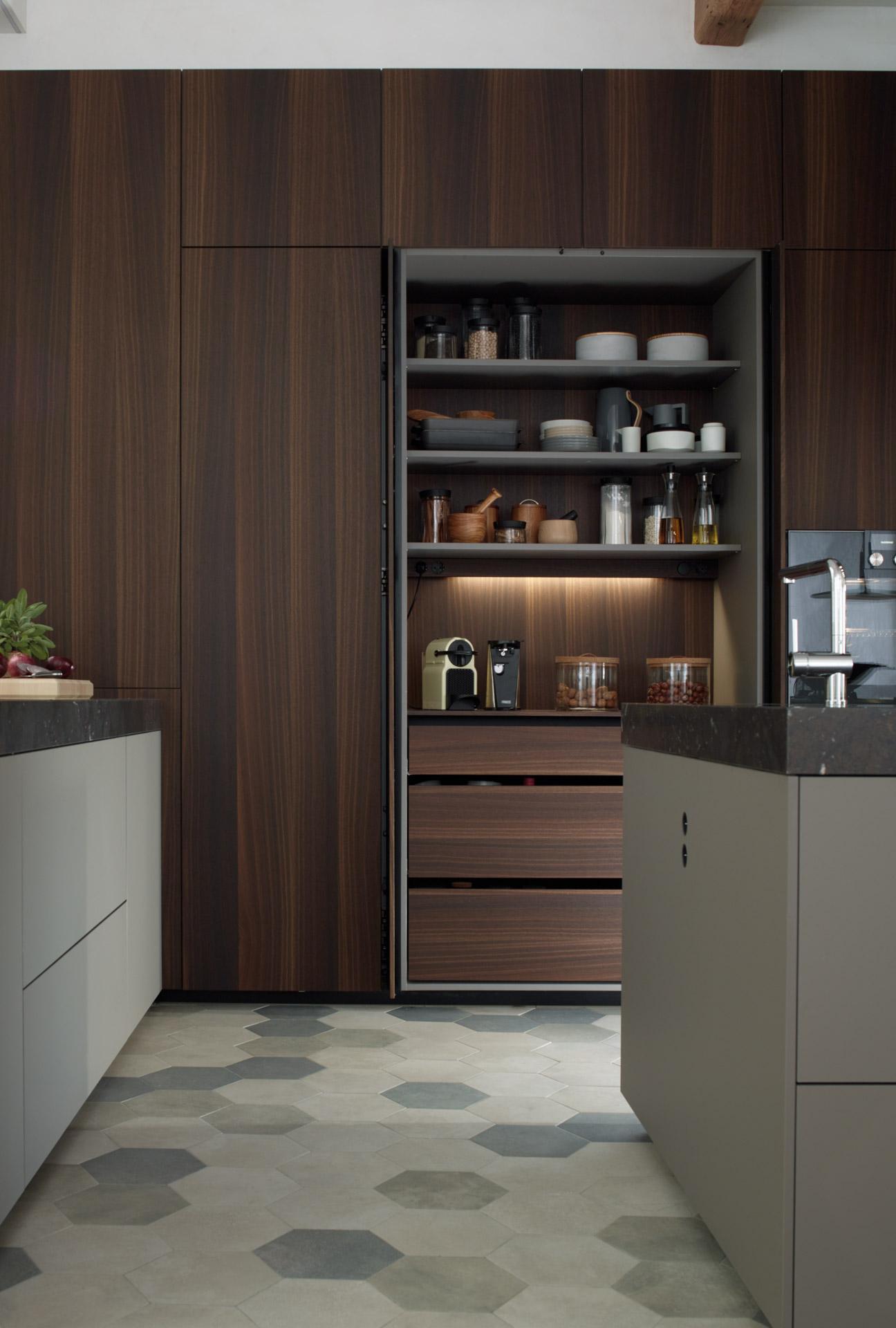 Mueble escamoteable en cocinas grandes con isla