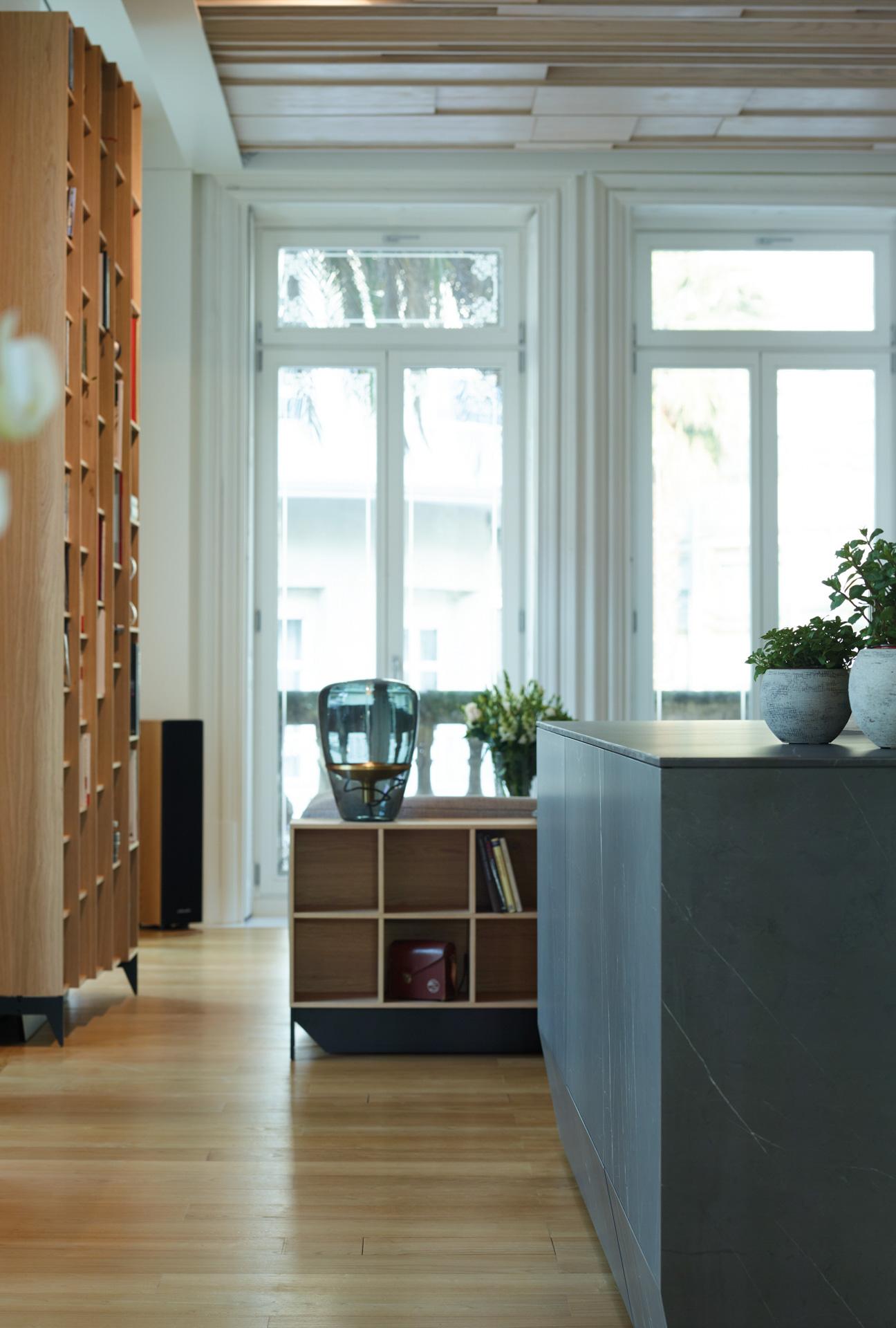Muebles columna en cocina abierta con isla