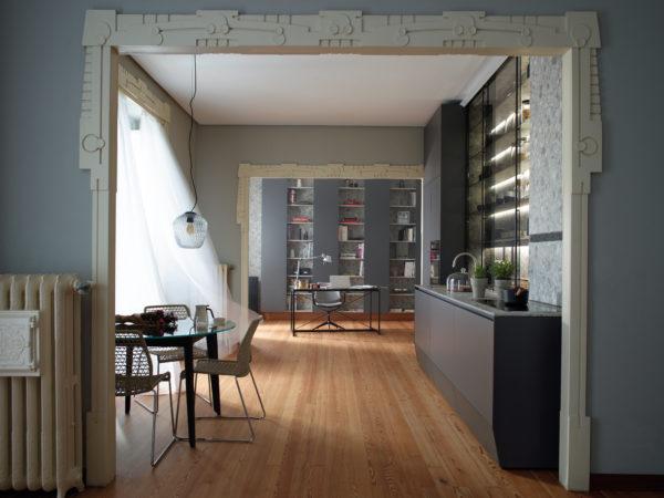 Cocina Lineal con vitrina, estudio y salón