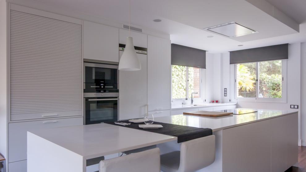 slide_cocina-blanca-con-isla-abierta-al-salon-diseno-santos-8