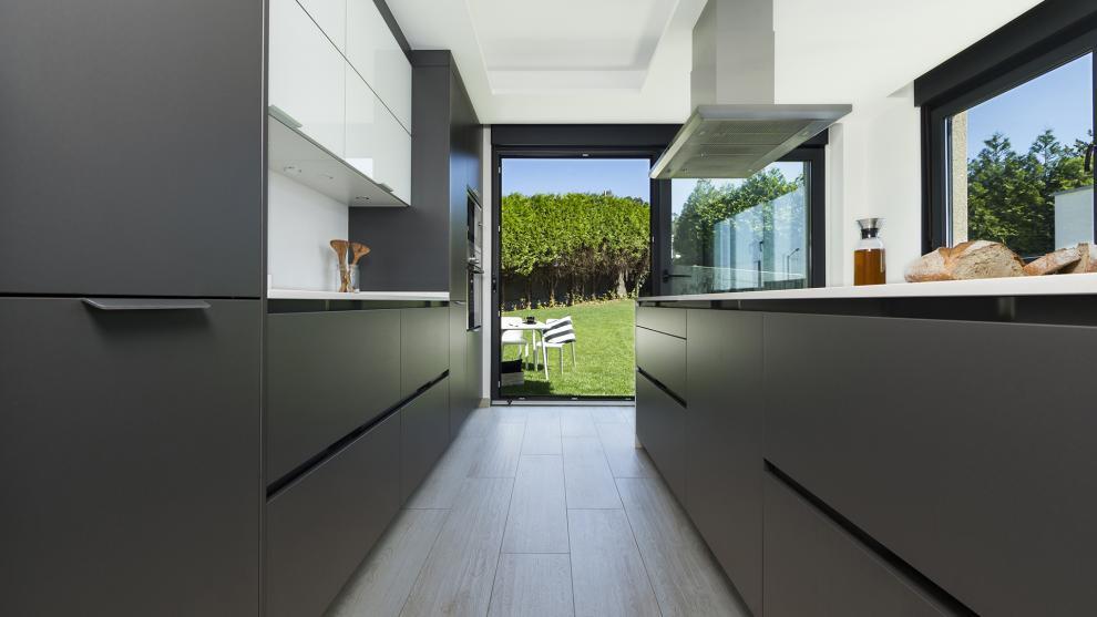 slide_cocinas-grises-con-isla-jardin-diseno-santos-1