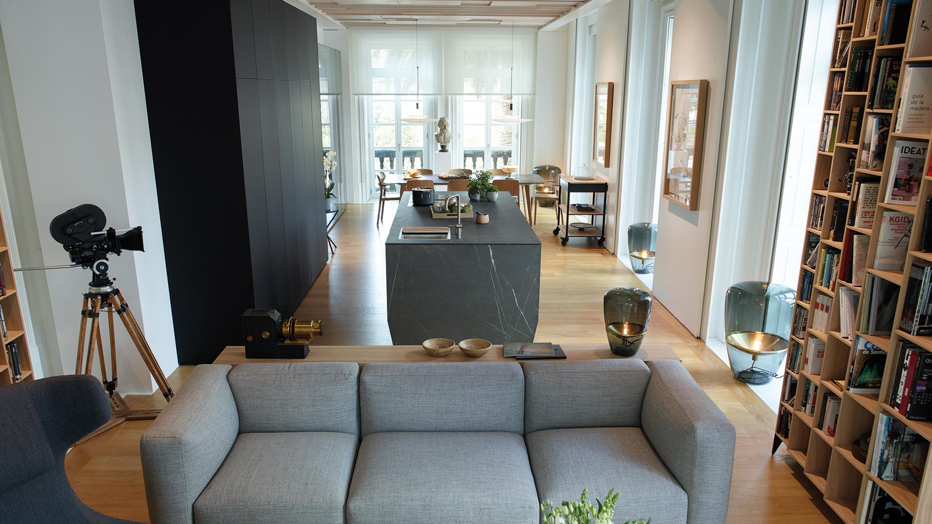 Cuisine noire avec îlot ouverte sur le salon et la salle à manger, équipée de nouveaux meubles conçus par Santos