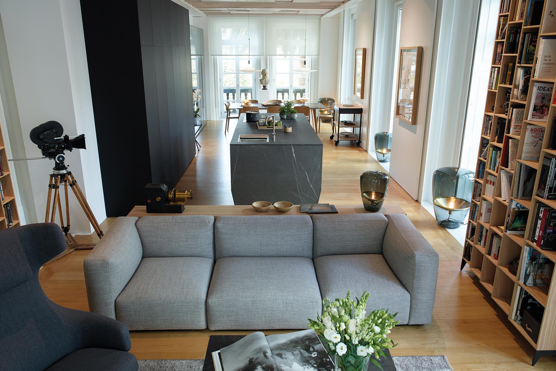 Cocina negra con isla abierta al salón y el comedor, equipada con nuevos muebles diseñados por Santos