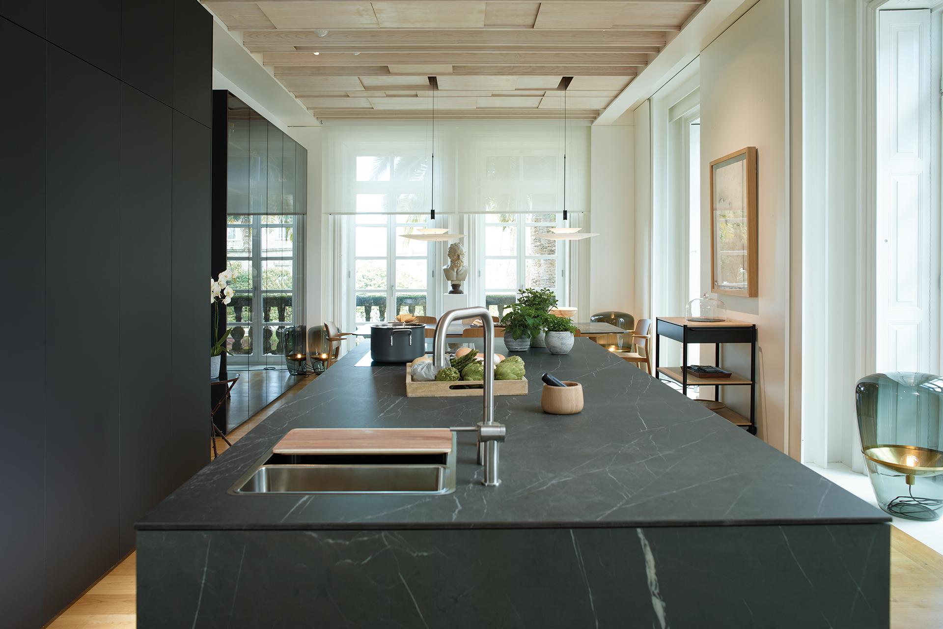 Cozinha com ilha aberta para a sala de estar e a sala de jantar, equipada com móveis concebidos pela Santos