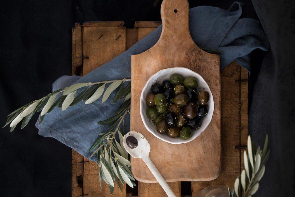 Diète méditerranéenne pure, salade de pommes de terre et d'olives
