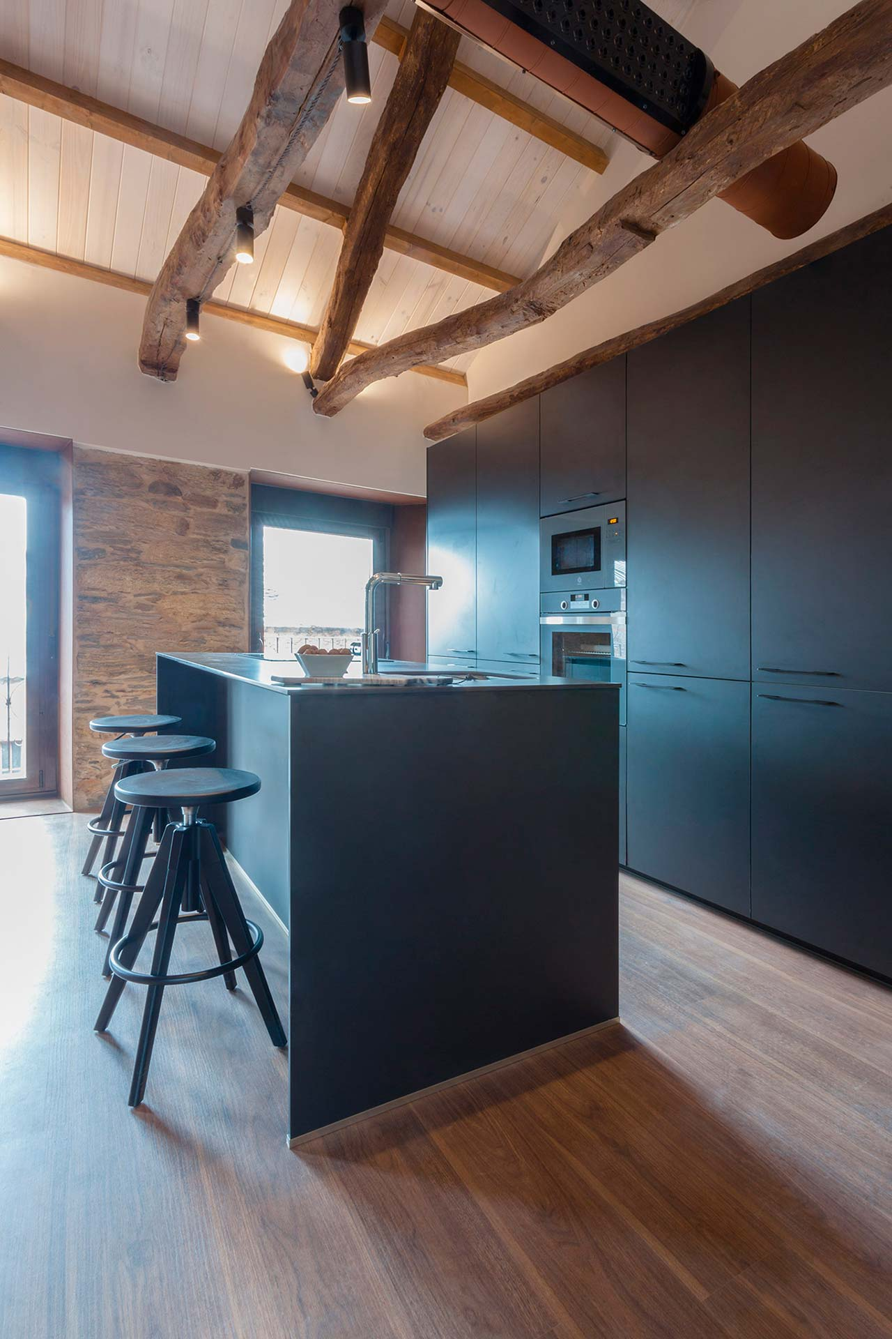 Santos Kitchens in renovated homes, by Andrea Muñoz Diseño