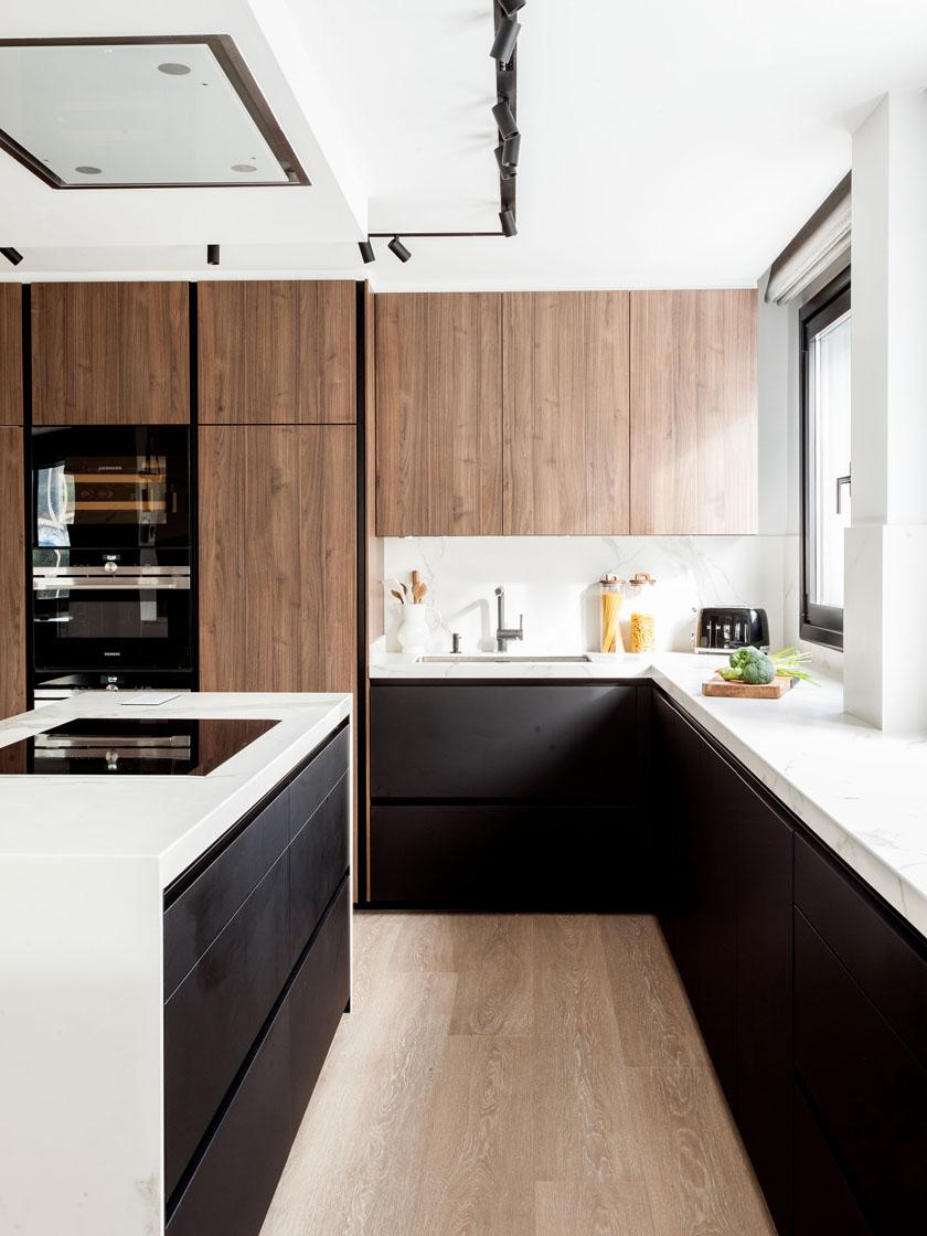 Cozinhas pretas da Santos concebidas pela designer Natalia Zubizarreta
