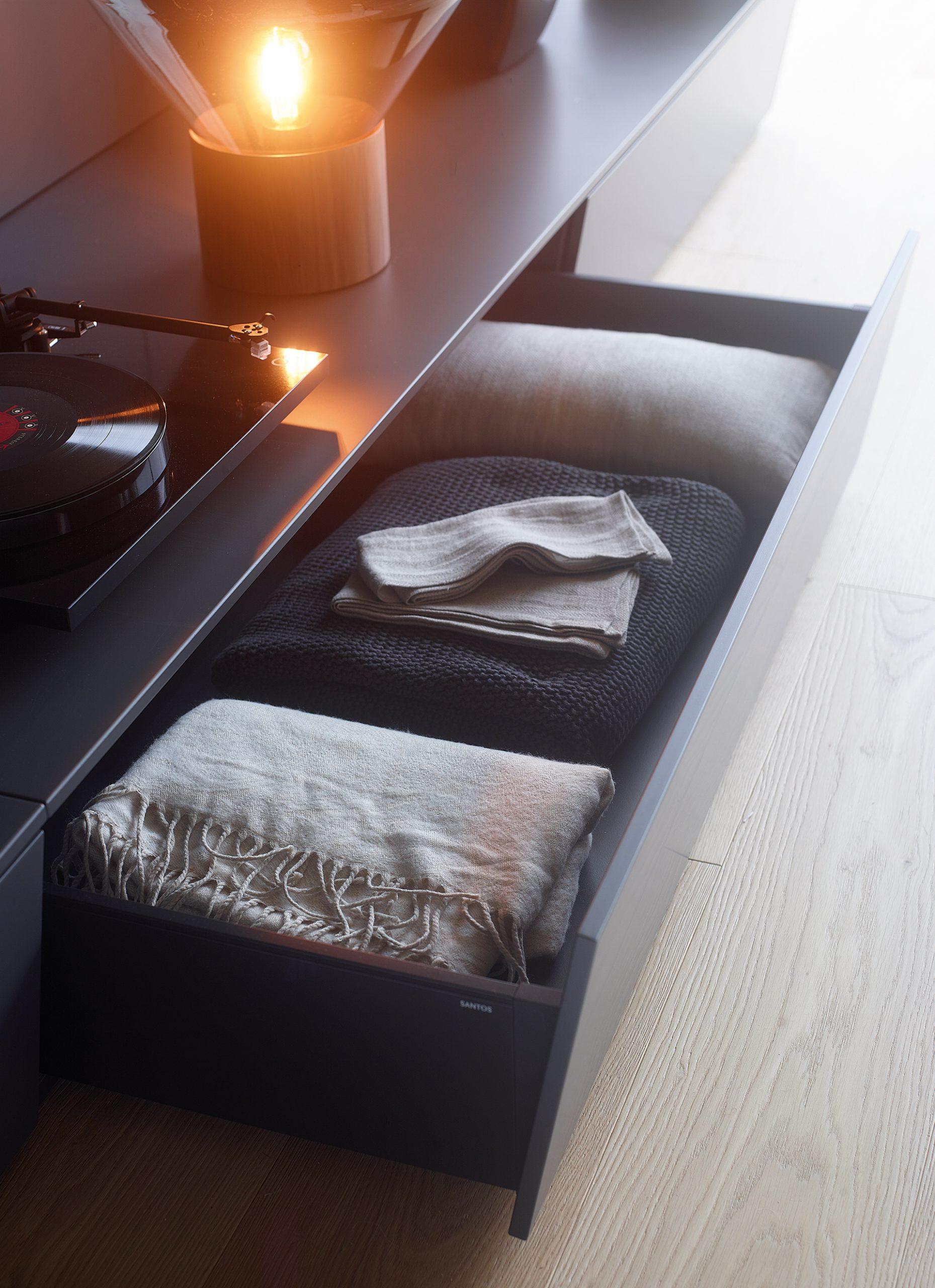 Cajones zócalo en muebles de salón Santos