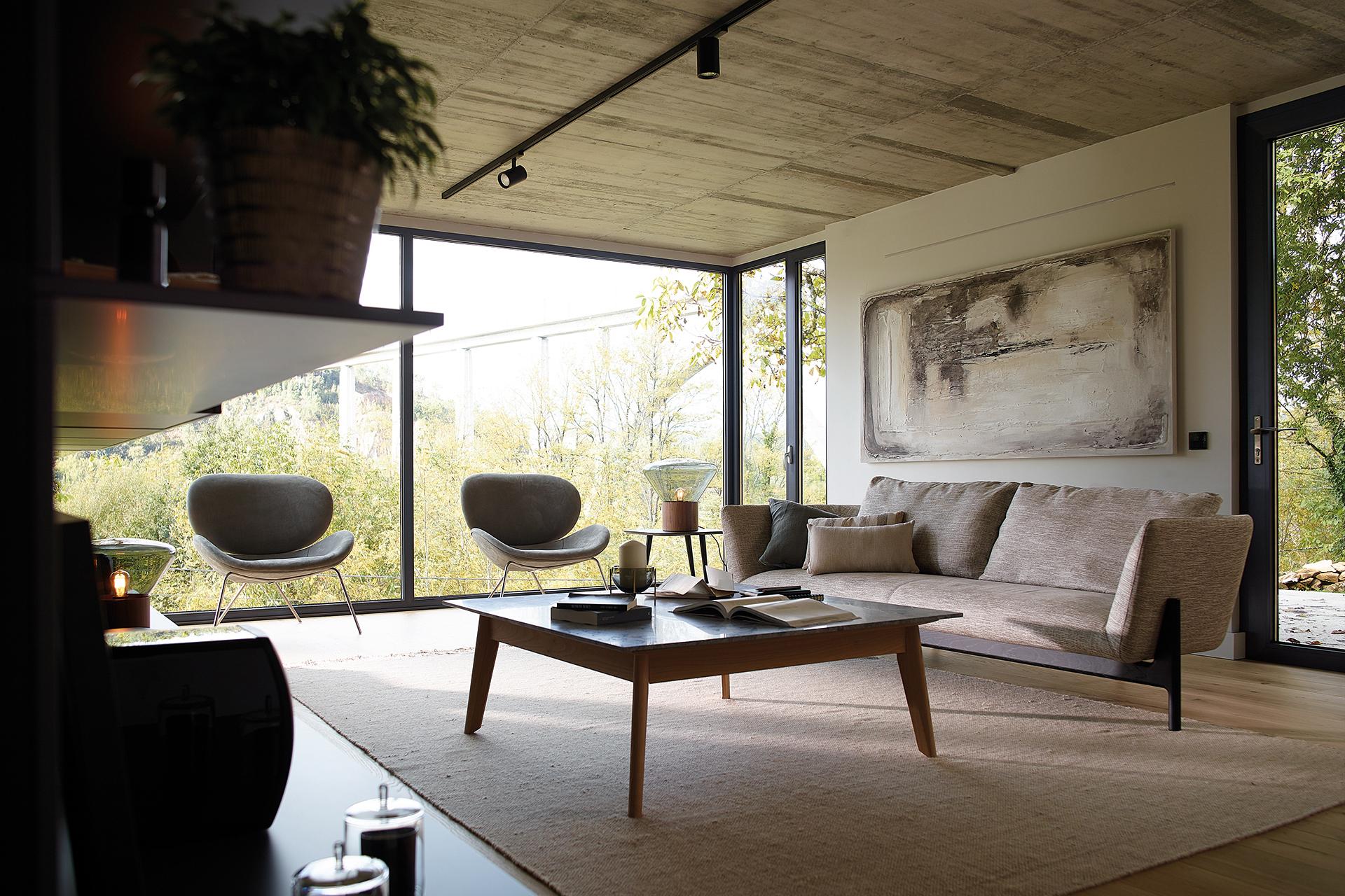Muebles de salón con mesa y armarios altos