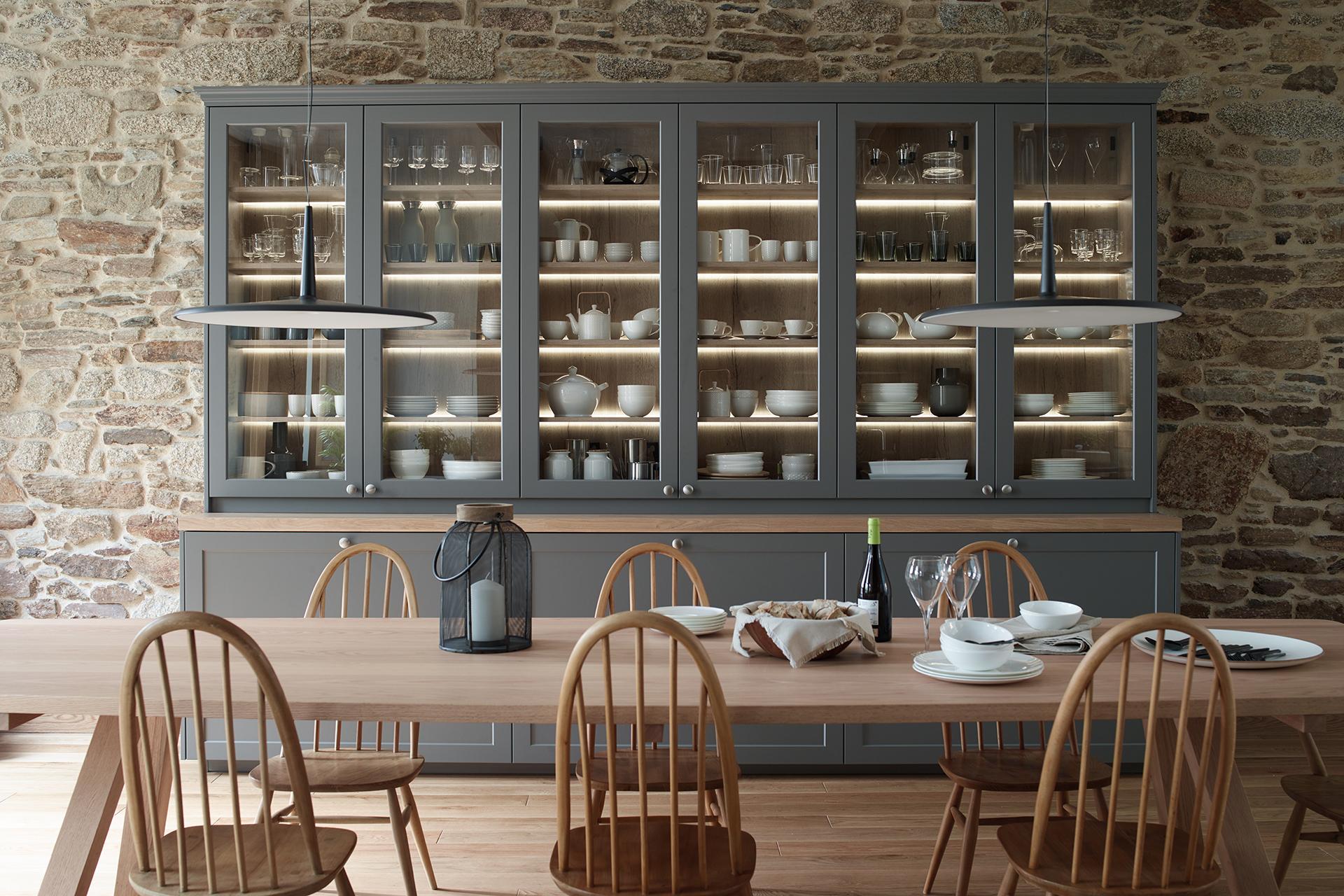 Armarios columna con baldas en cocina integrada al salón