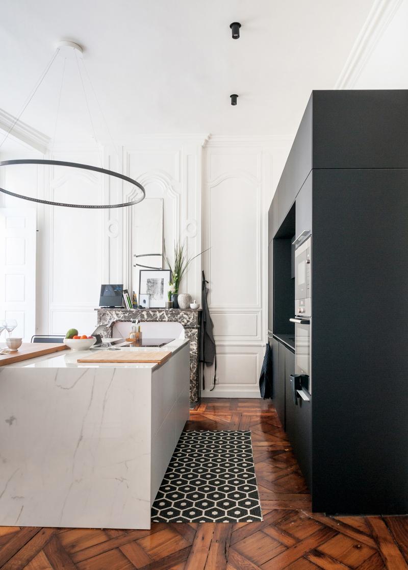 Cocina Santos negra con isla en un apartamento con espíritu bohemio