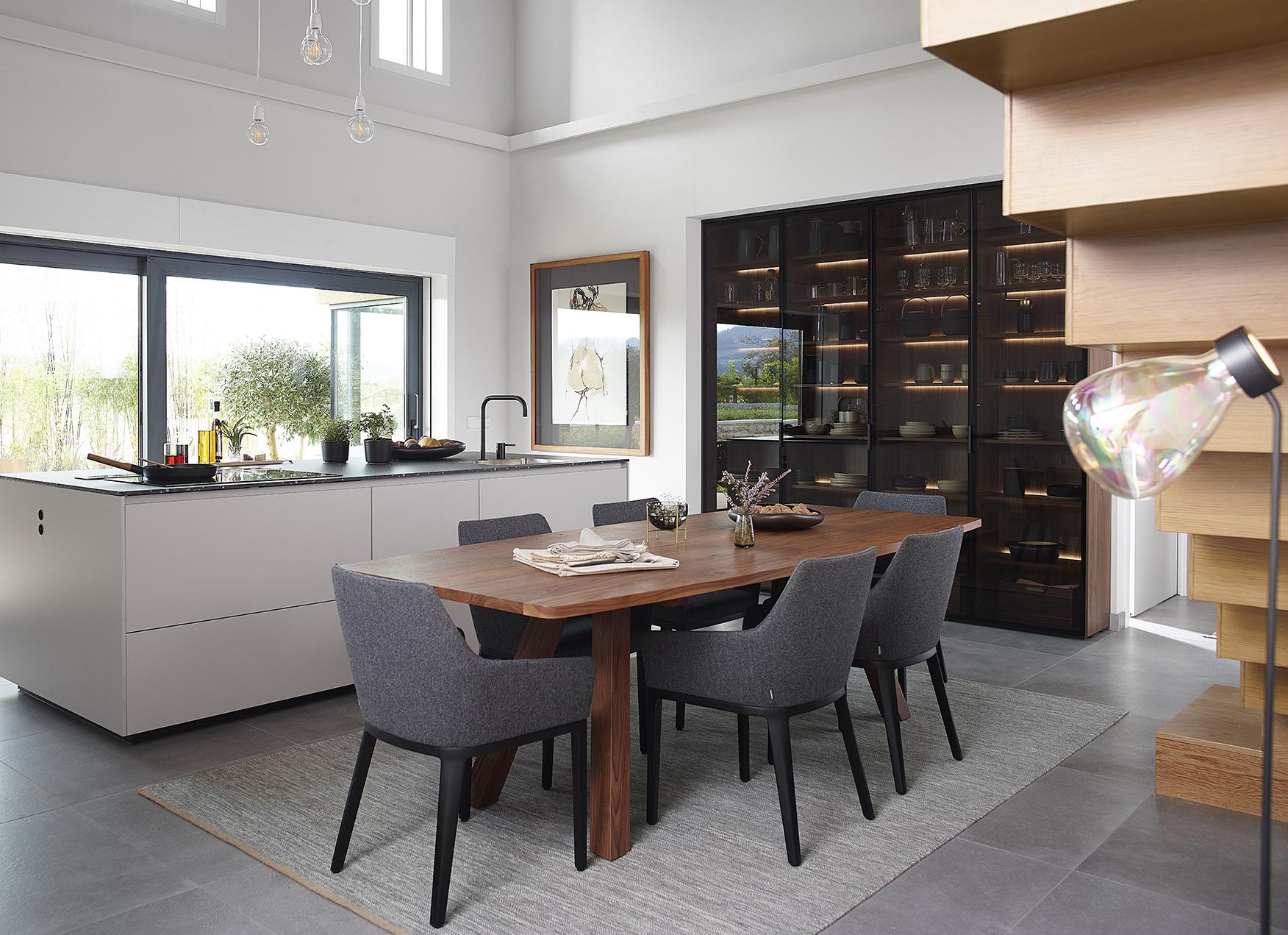 Cocina con isla, mesa y vitrina Santos