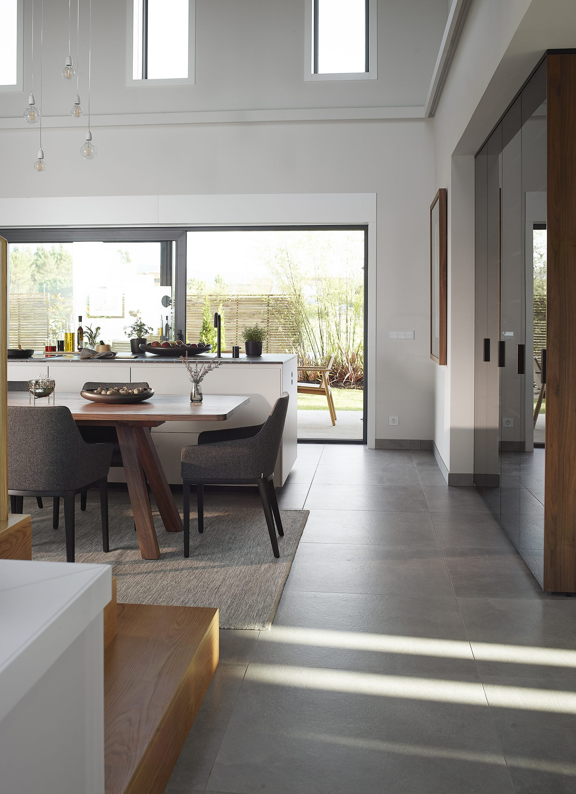 Cocina blanca y madera con isla abierta y luminosa