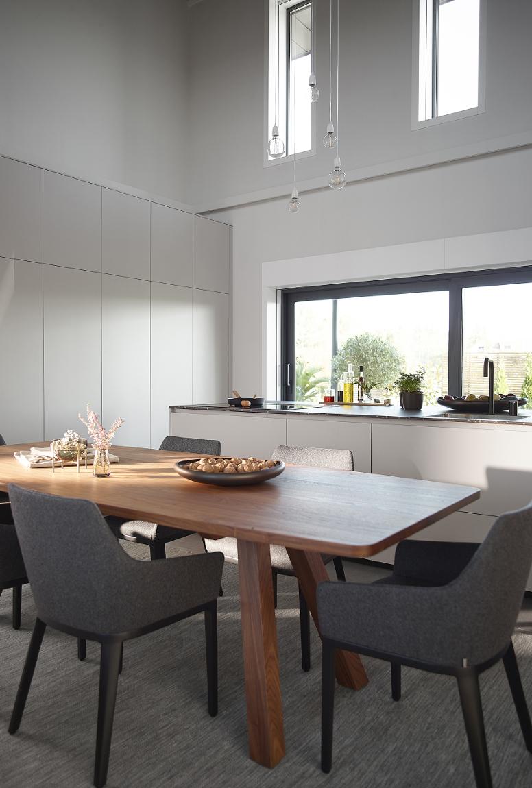Mesa de cocina de madera en una cocina blanca Santos