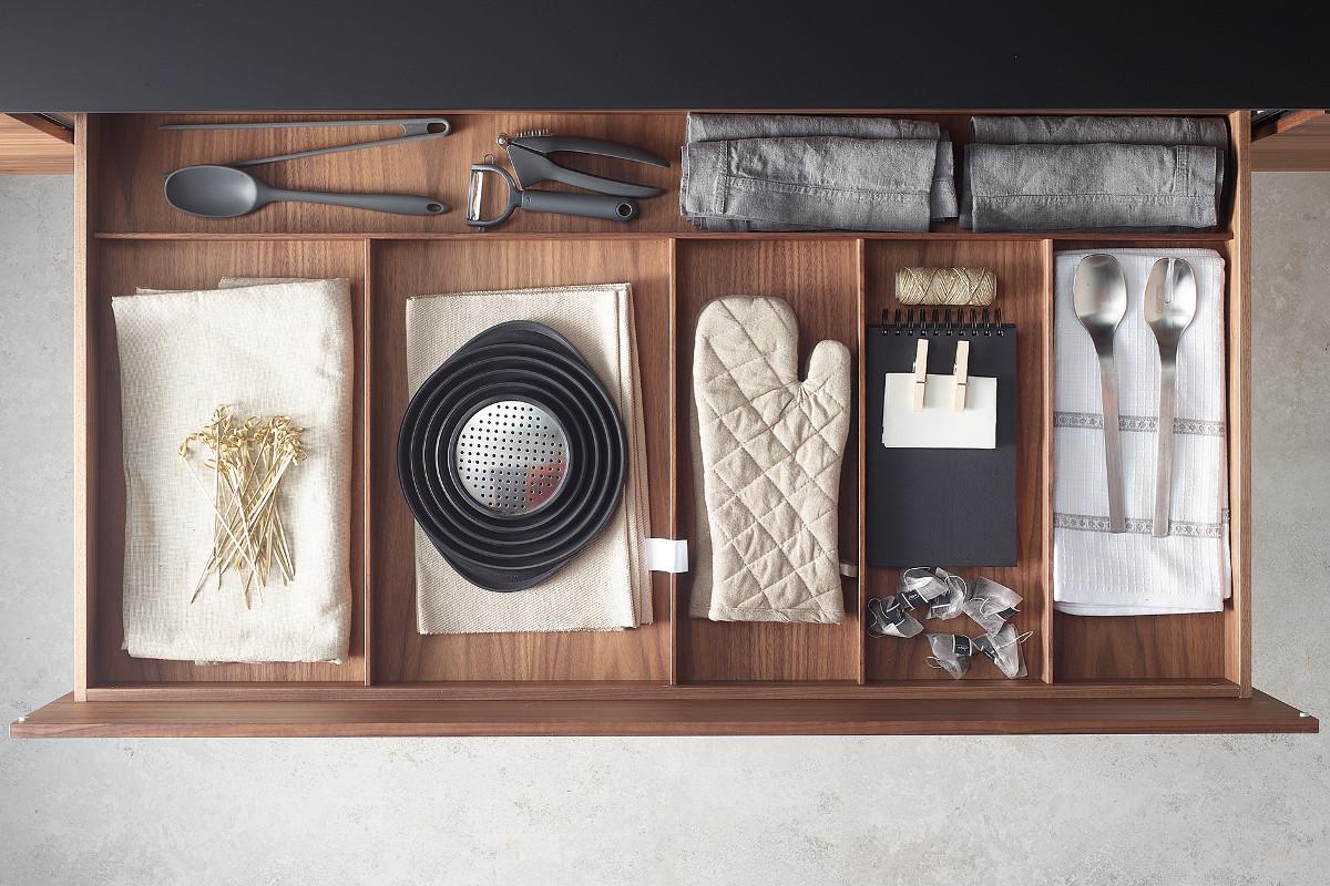 Accessories for Santos kitchen drawers: kitchen cloths and utensils