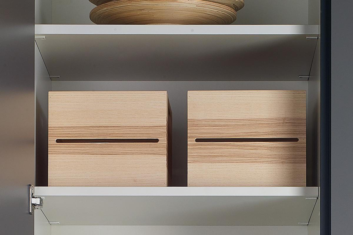 Armário coluna com caixas divisórias em madeira