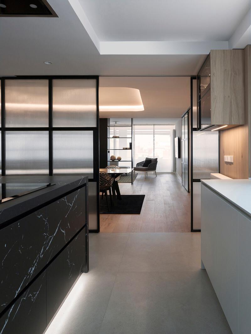 Cozinha aberta para a sala de estar/jantar com porta corrediça