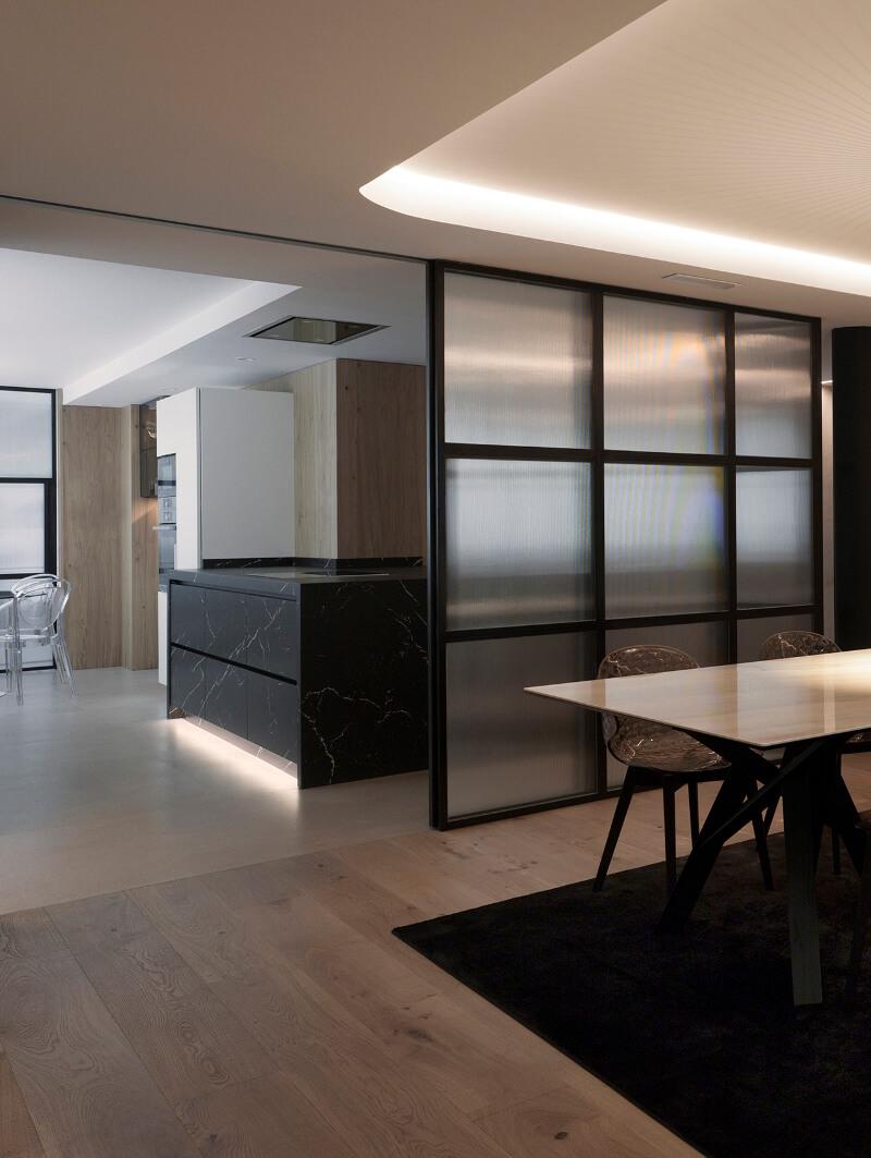 Cozinha aberta com ilha preta em sótão