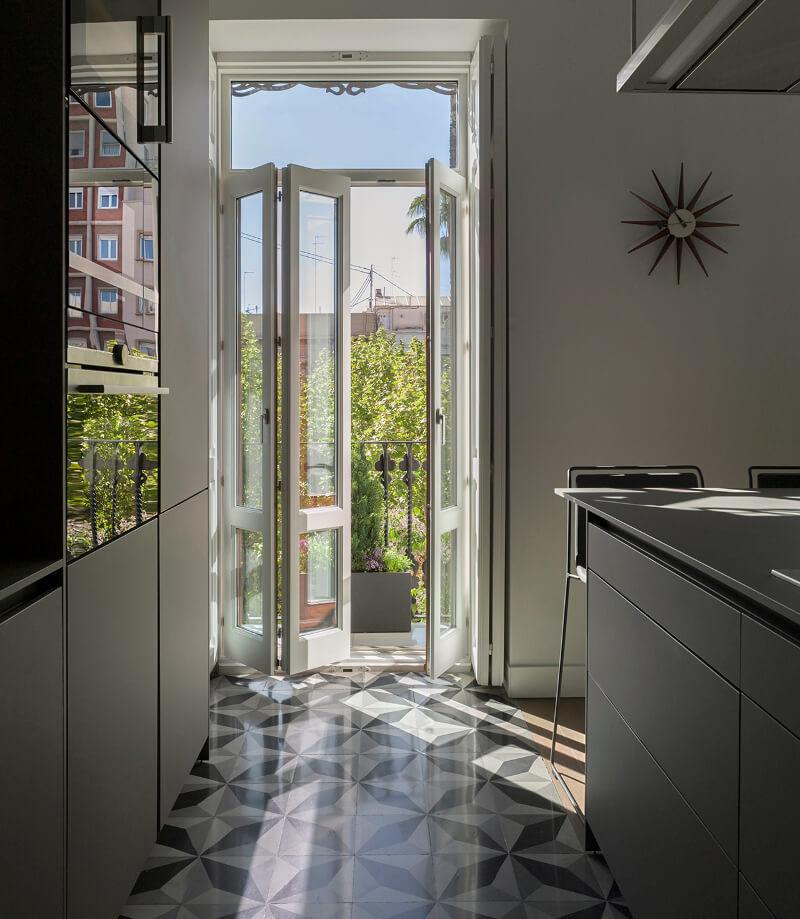 Cozinha branca com acesso ao terraço