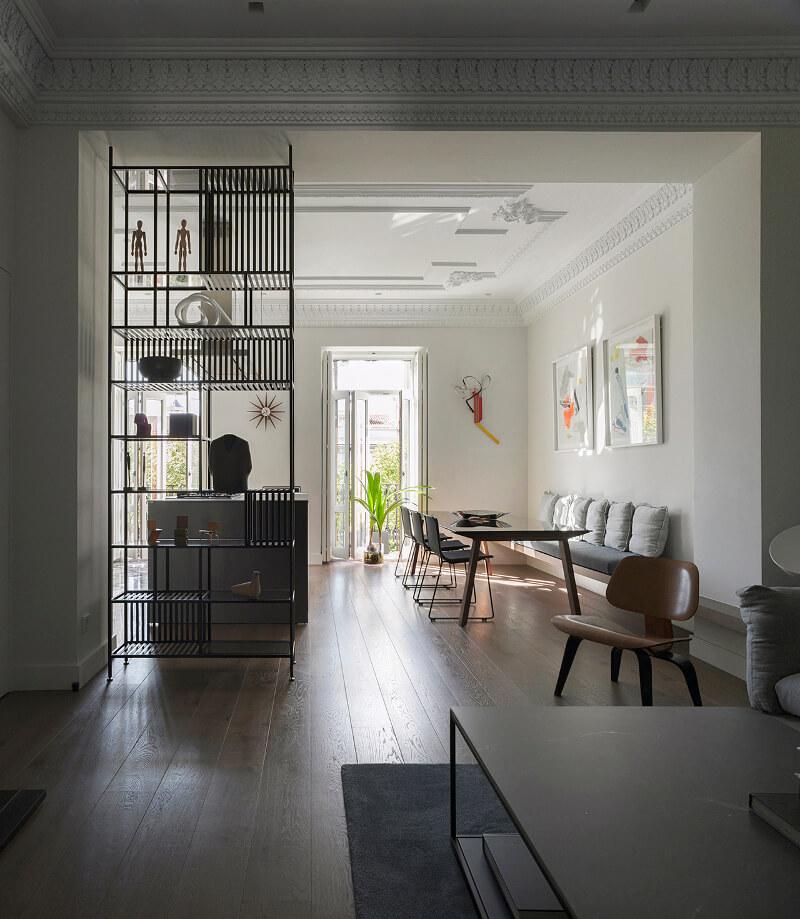 Cozinha branca com ilha aberta para a sala de estar Santos