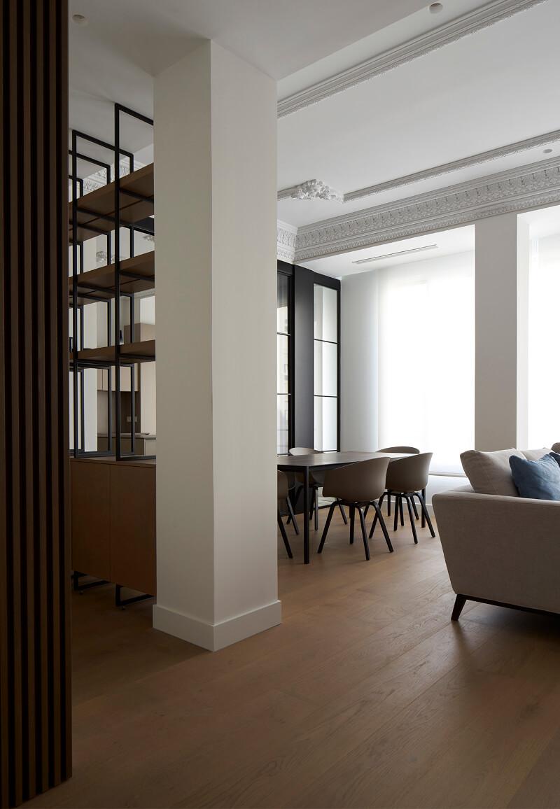 Salon spacieux et lumineux avec table centrale