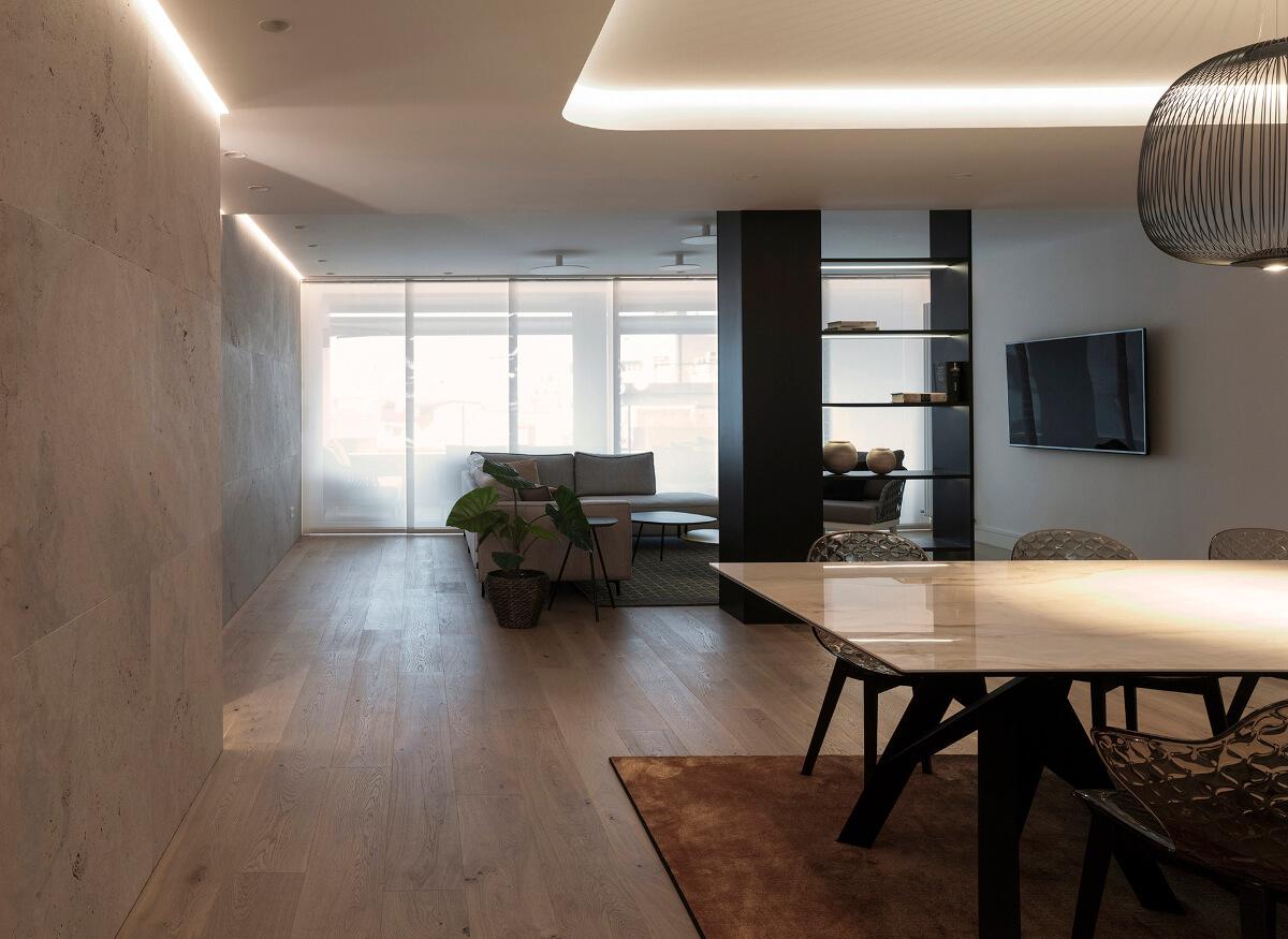 Sala de estar ampla e luminosa em sótão