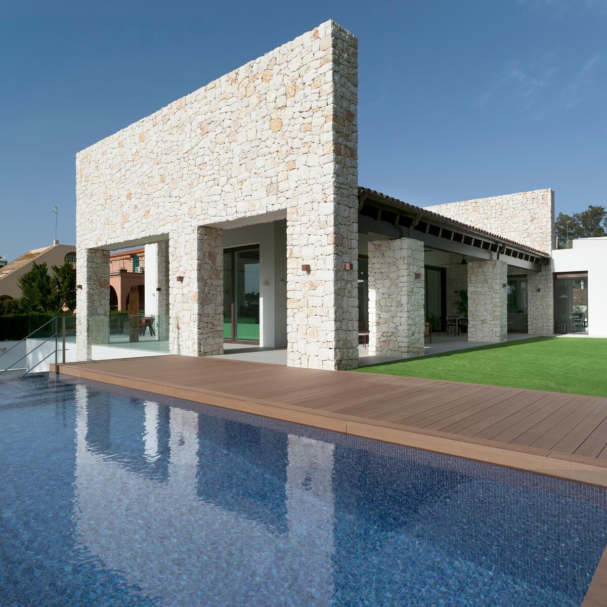 Casa com piscina, jardim e tetos altos