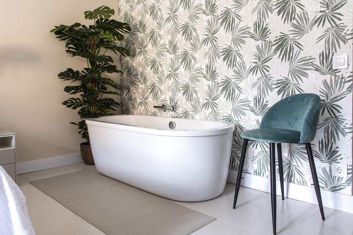 Banheira em apartamento turístico projetado por Ana Montarelo