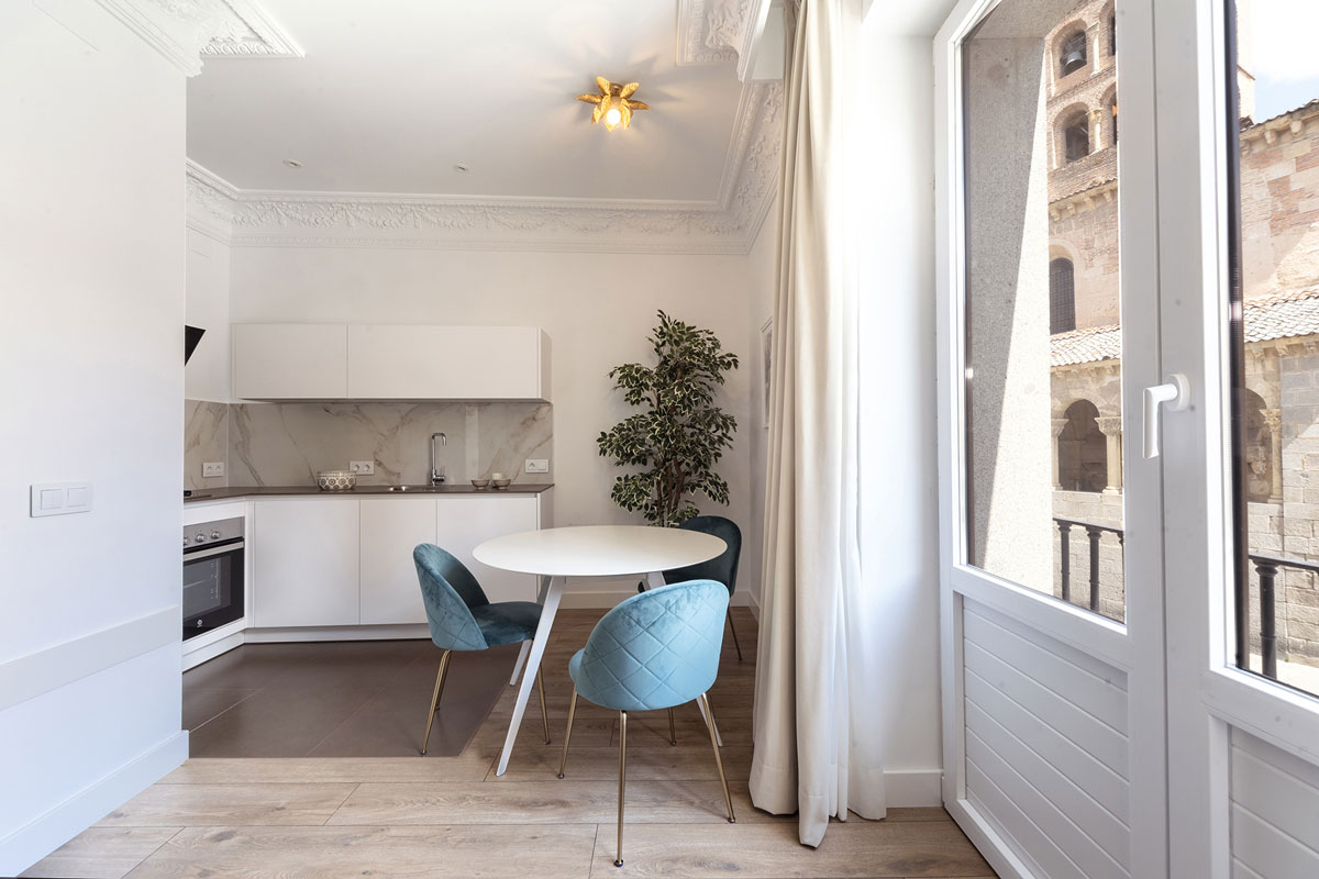 Open-plan Santos kitchen with balcony in holiday apartment