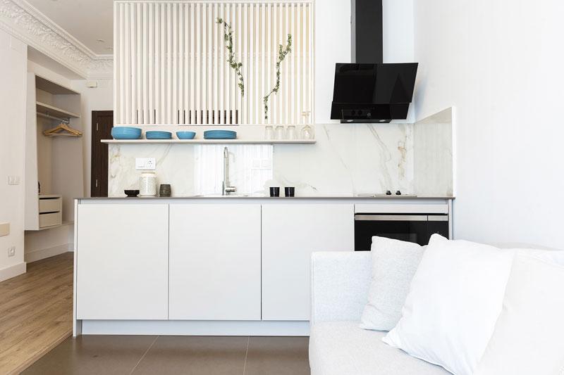 Cozinha branca e funcional Santos em apartamento turístico