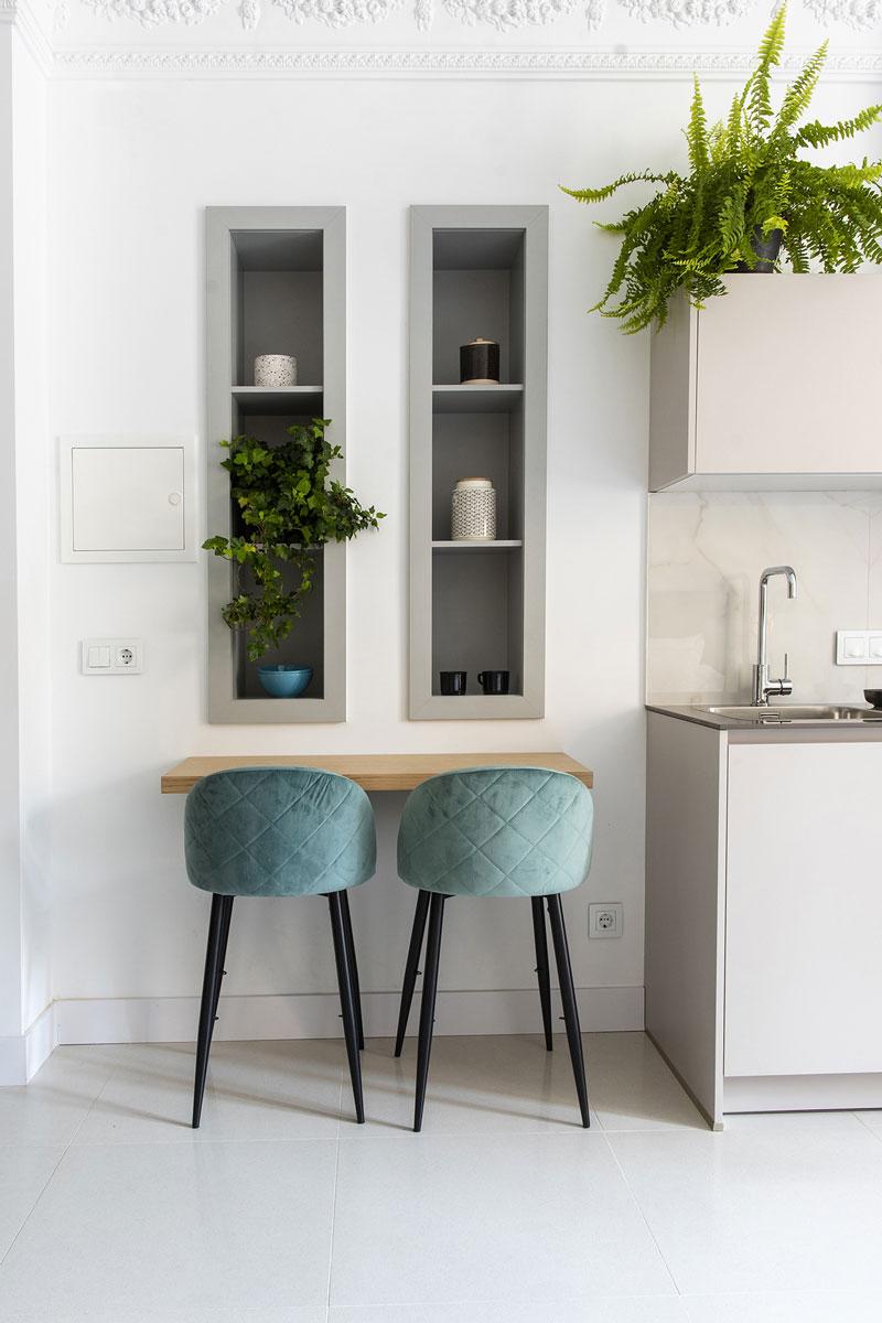 Sala de jantar com mesa e cadeira em veludo