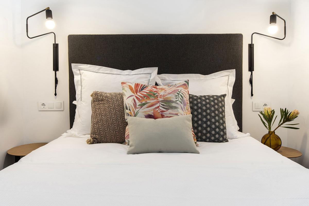 Wit en bruine slaapkamer in vakantie-appartement