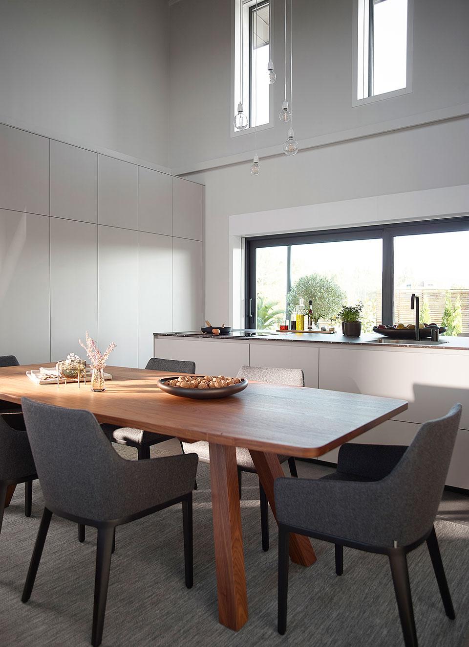 mesa-cocina-madera-en-cocina-blanca-santos