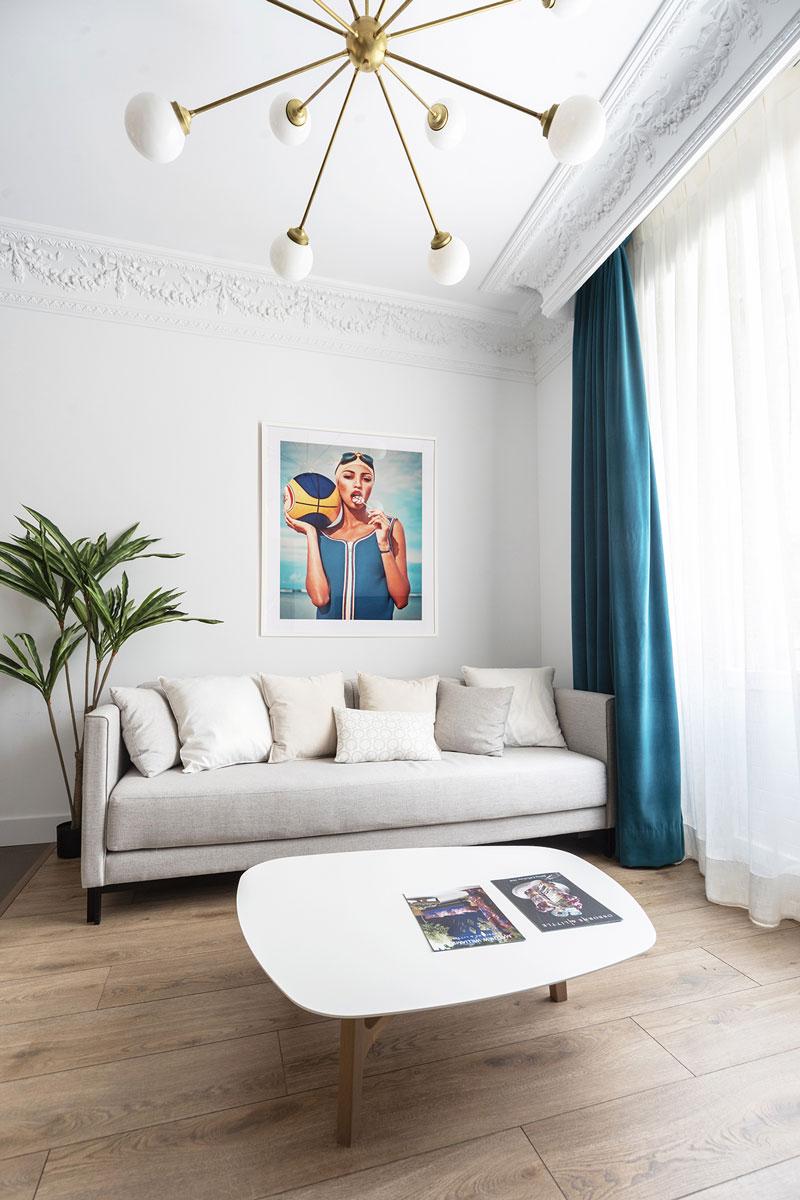 Salle de séjour blanche et lumineuse dans un appartement touristique