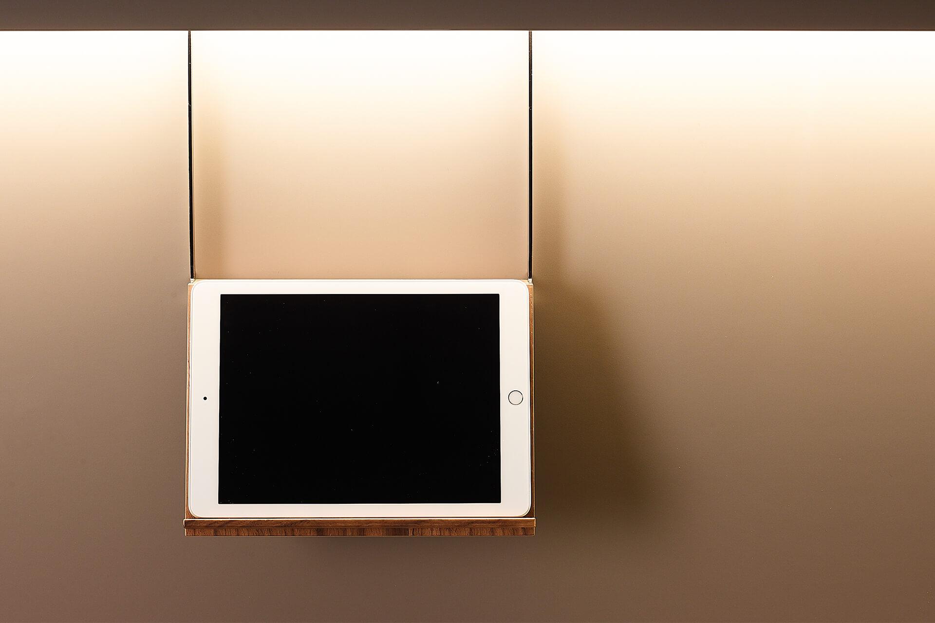 soporte-colgante-tablet-libro-madera-santos