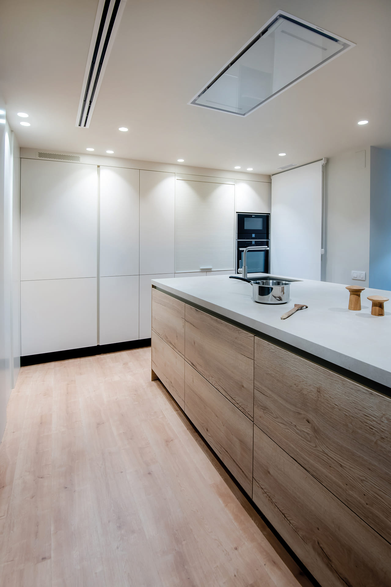 Santos kitchen with peninsula in white and wood