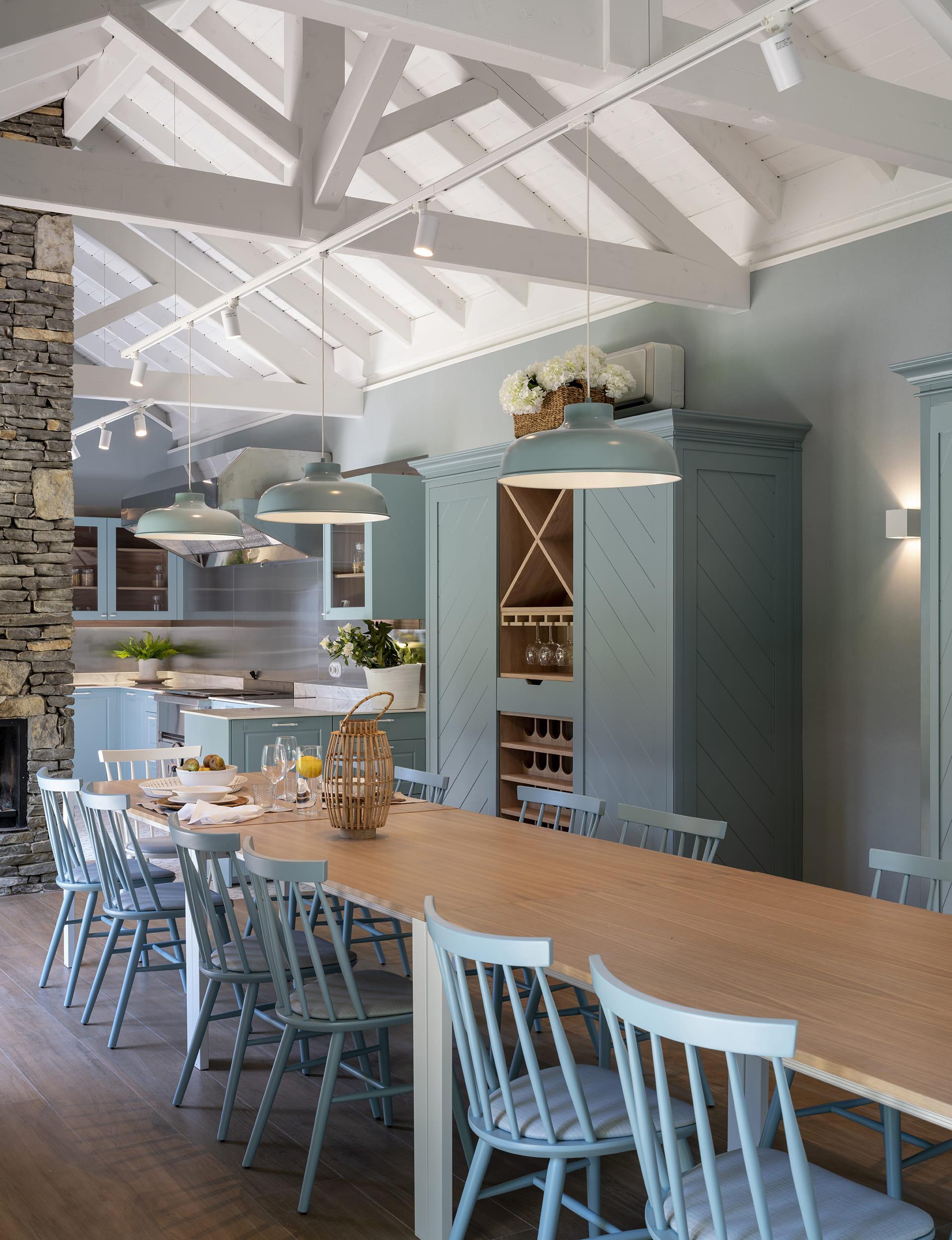 Grande salle à manger avec des meubles bleus et en bois