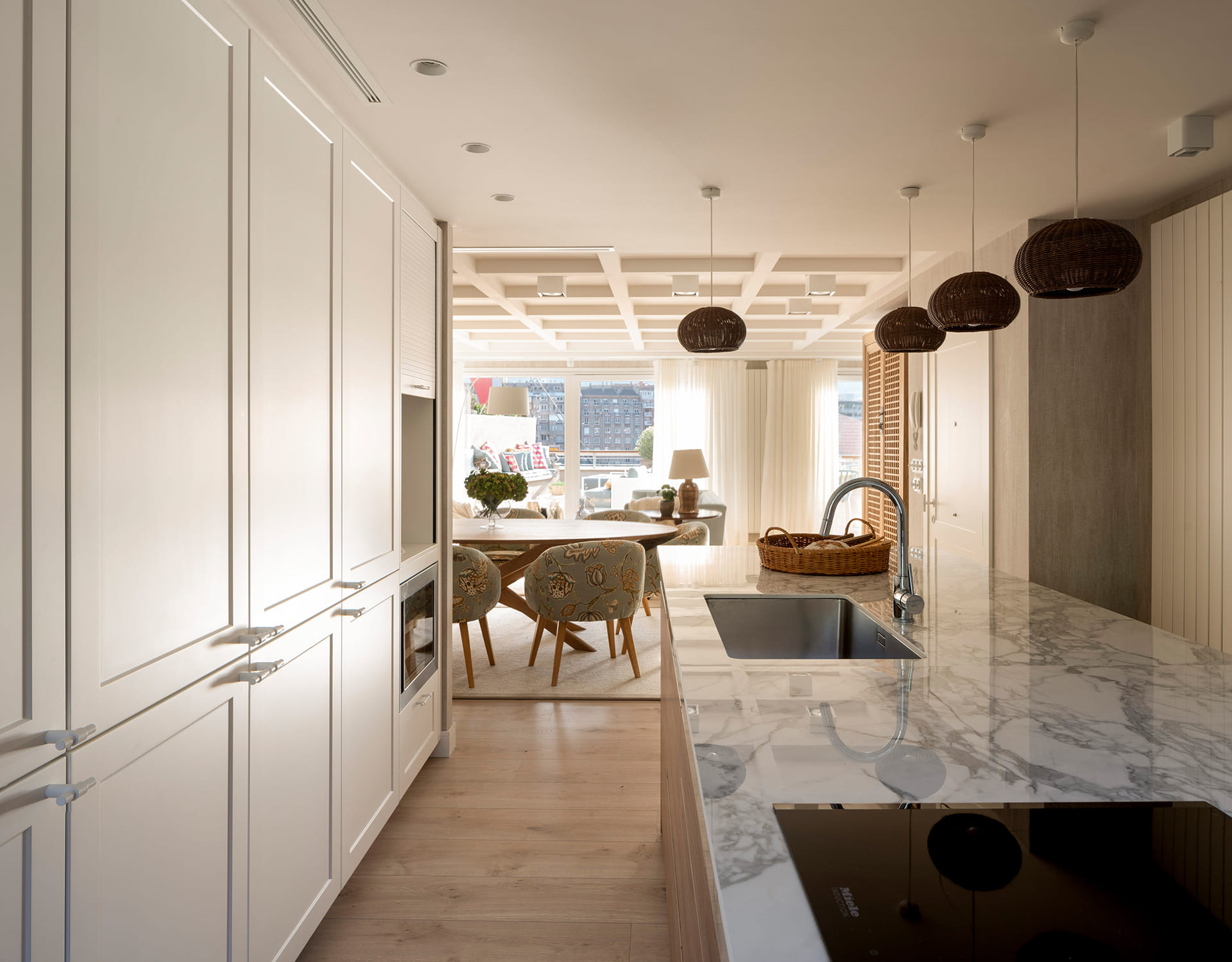 Une cuisine ouverte sur le salon et la salle à manger Santos