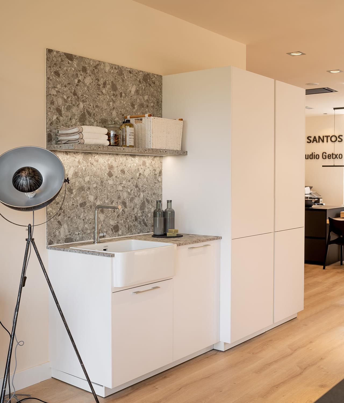 Cozinha branca com acabamento em pedra Santos