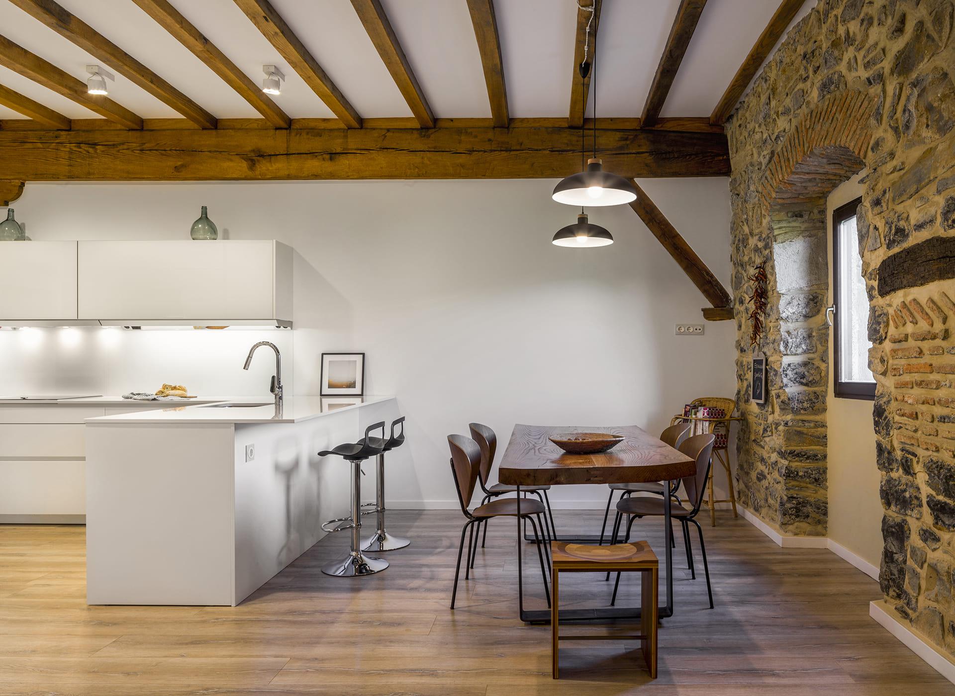 Cuisine blanche et salle à manger avec table en bois