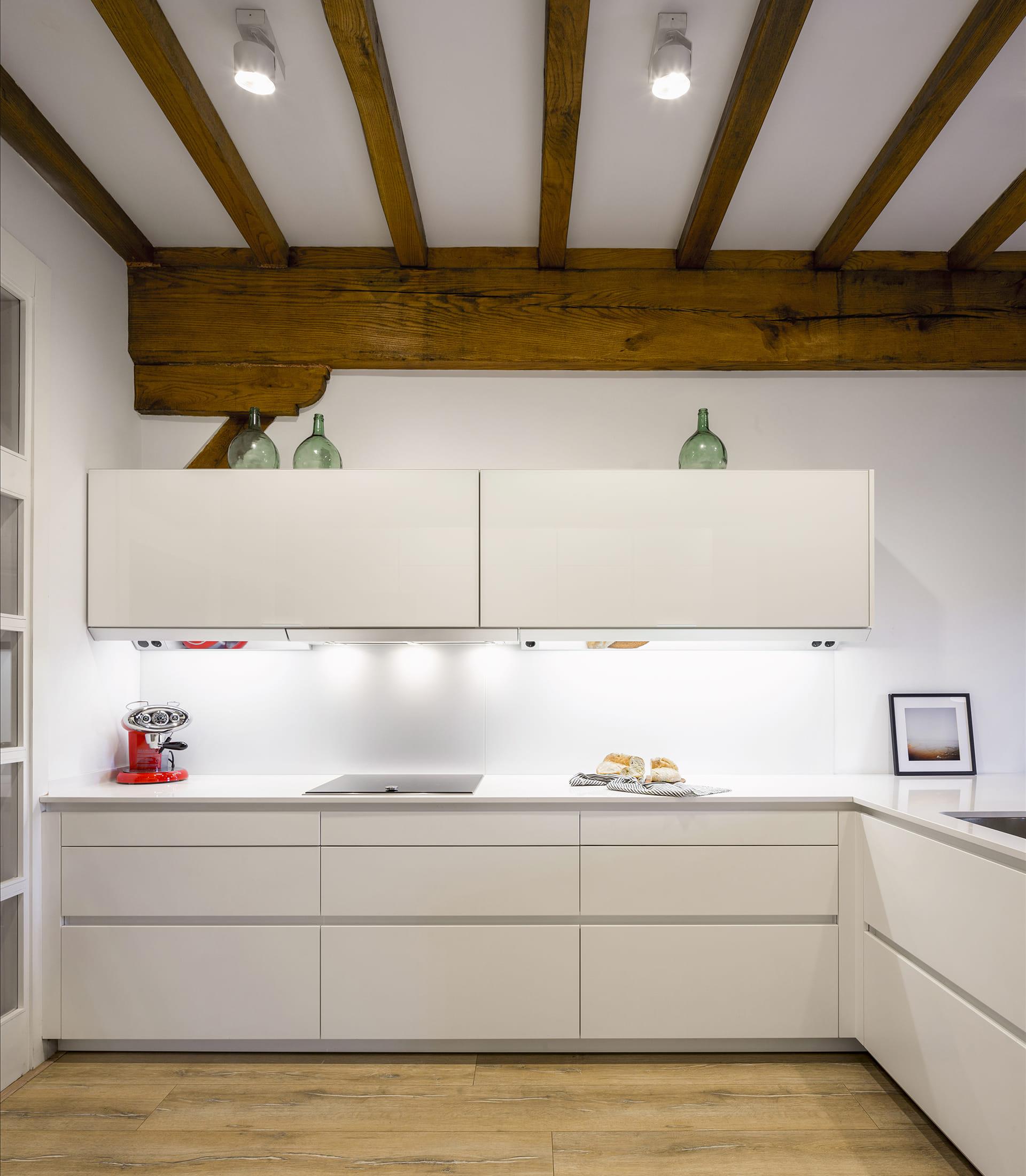 Cuisine blanche et plafond en bois