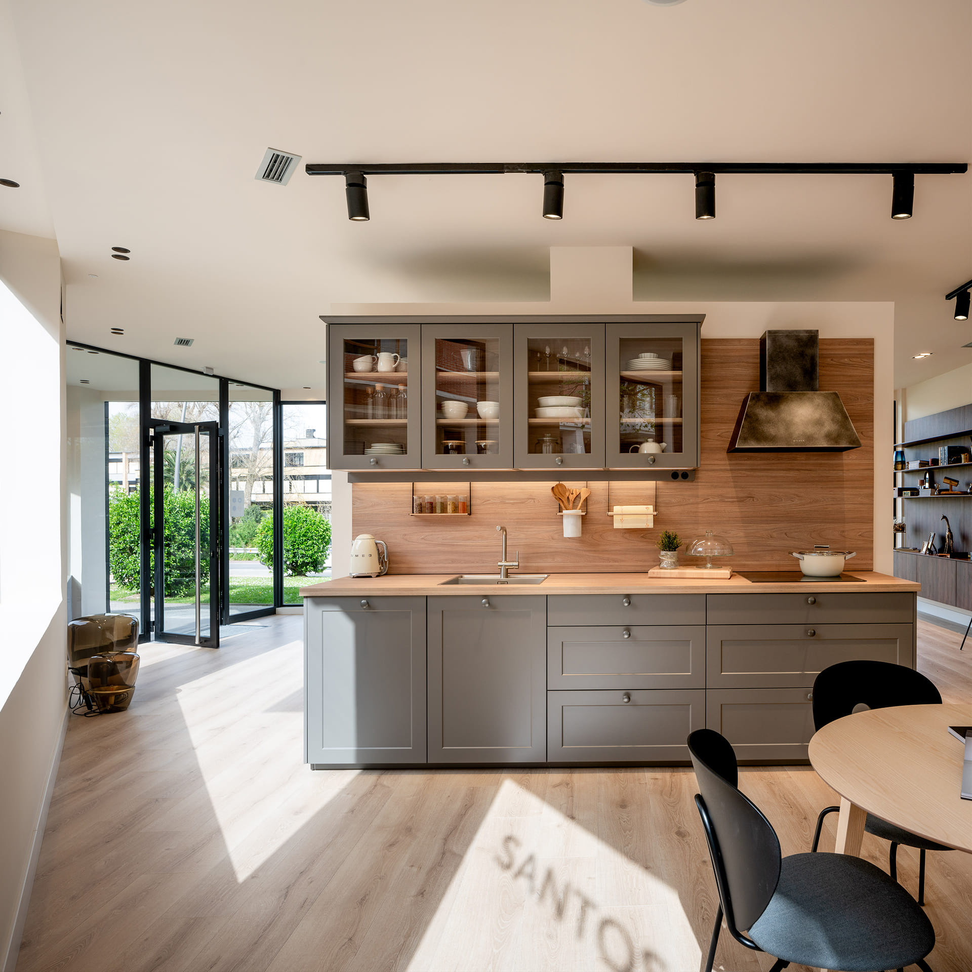 Cozinha com prateleiras e acabamento em madeira